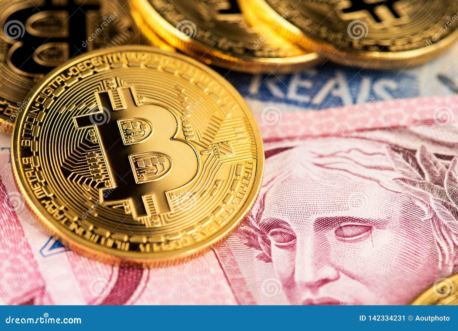 Argent virtuel de cryptocurrency de Bitcoin sur de vrais billets de banque brésiliens d argent