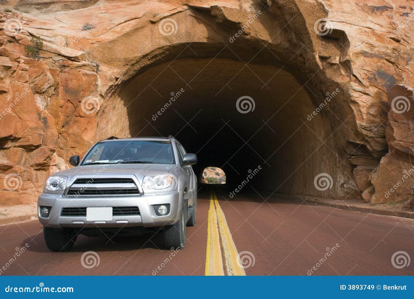 Argento SUV che guida nell Utah.