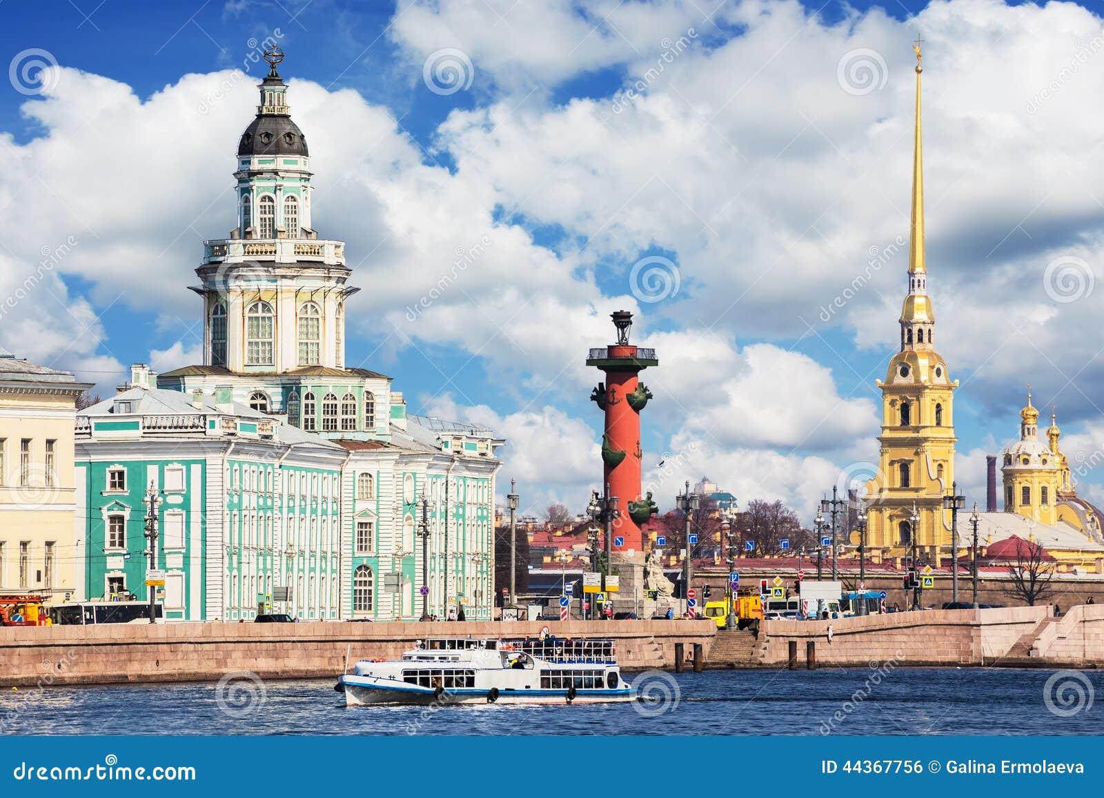 Argine di Universitetskaya del fiume di Neva a St Petersburg, Rus