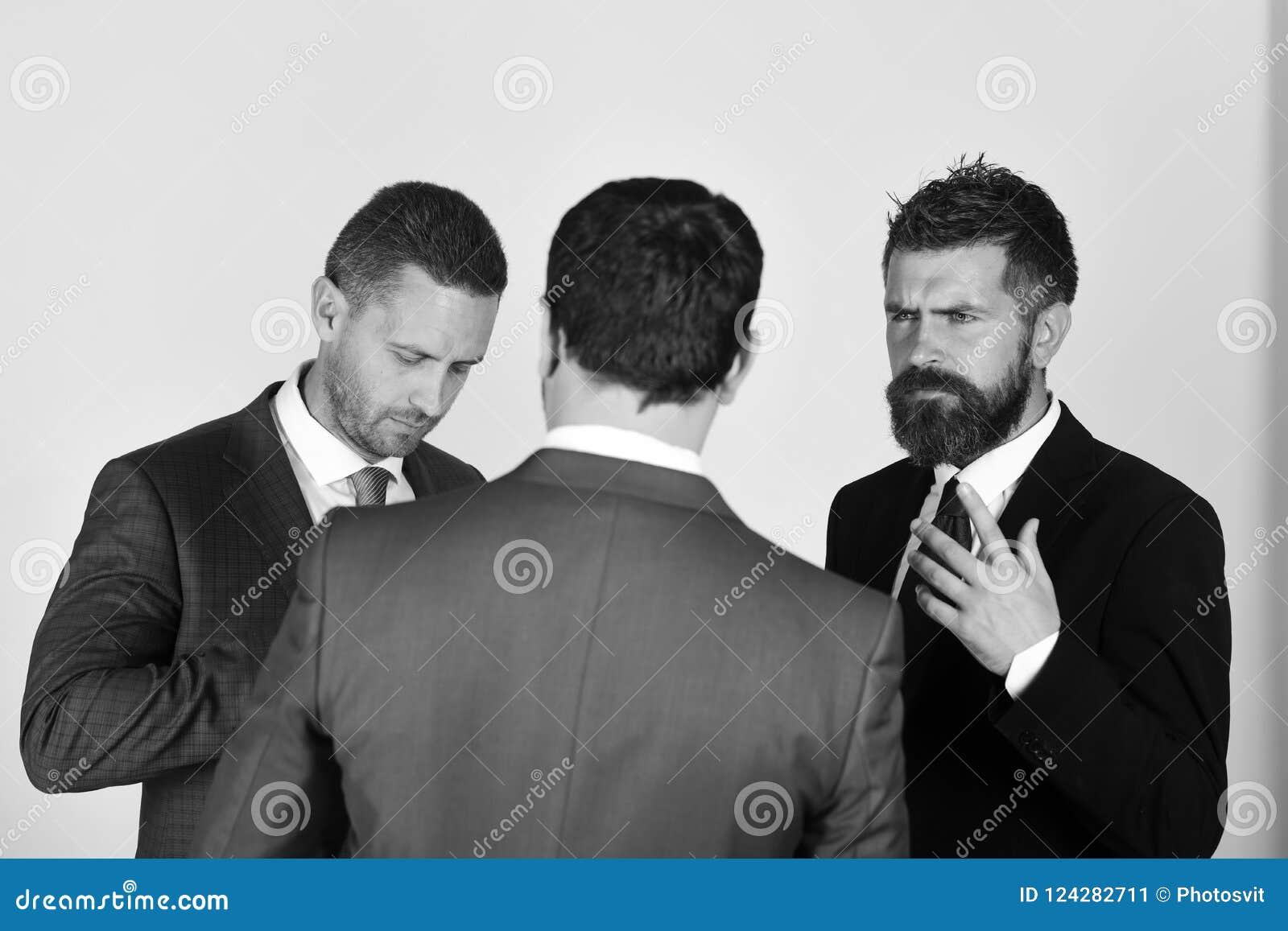 Argument et concept d affaires Hommes avec la barbe et les visages douteux