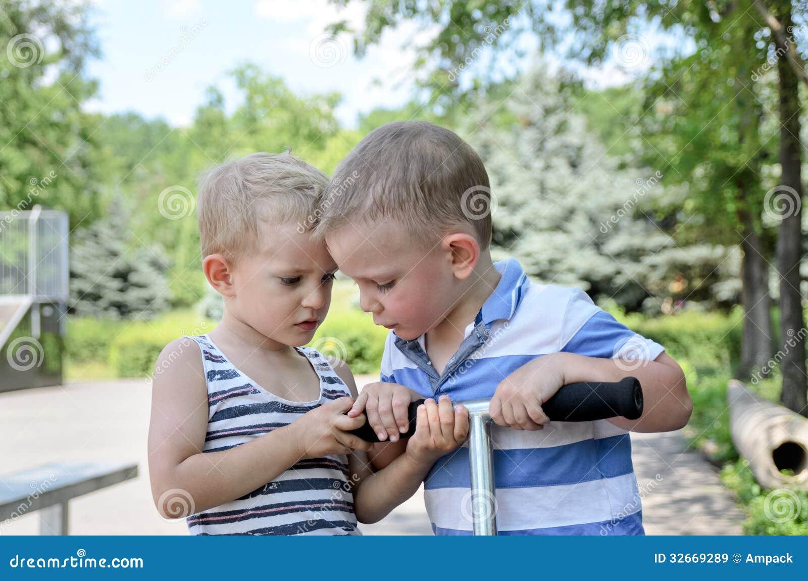 Argumentation de deux jeune garçons