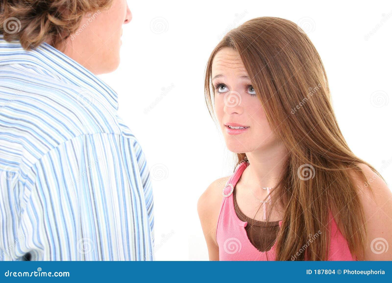 Argumento entre el hermano y la hermana adolescentes
