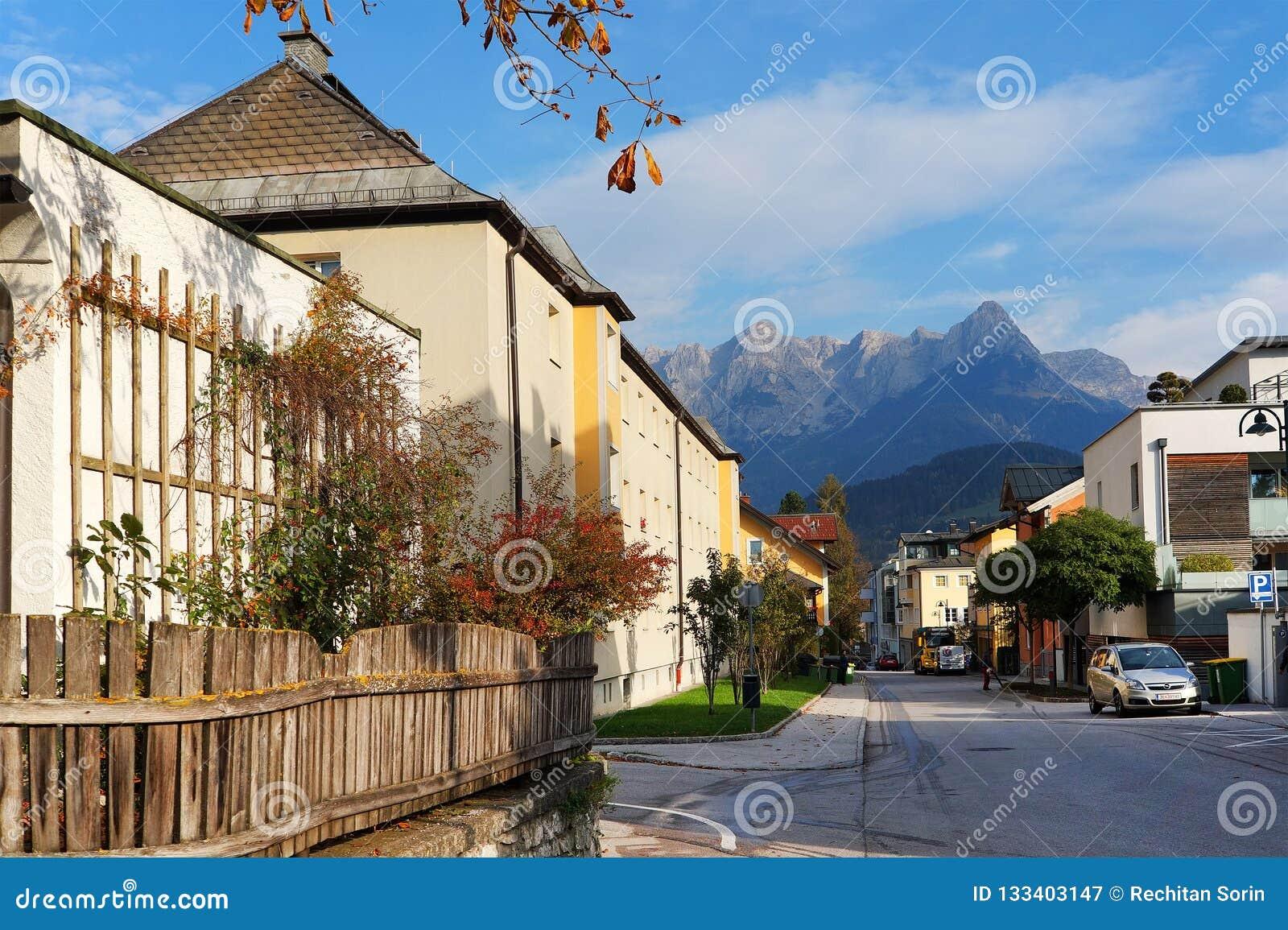 Arhitectural细节在比绍夫斯霍芬镇在一晴朗的秋天天 Hochkonig山在背景中