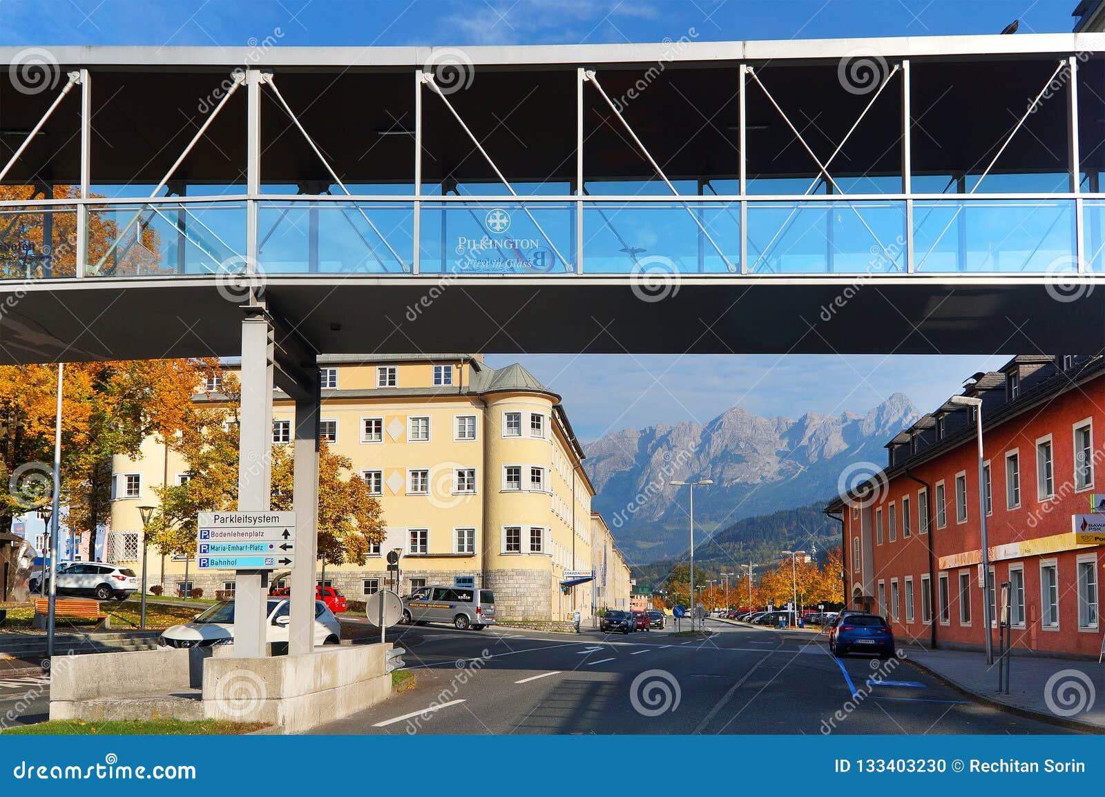 Arhitectural detalj i den Bischofshofen staden i en höstdag