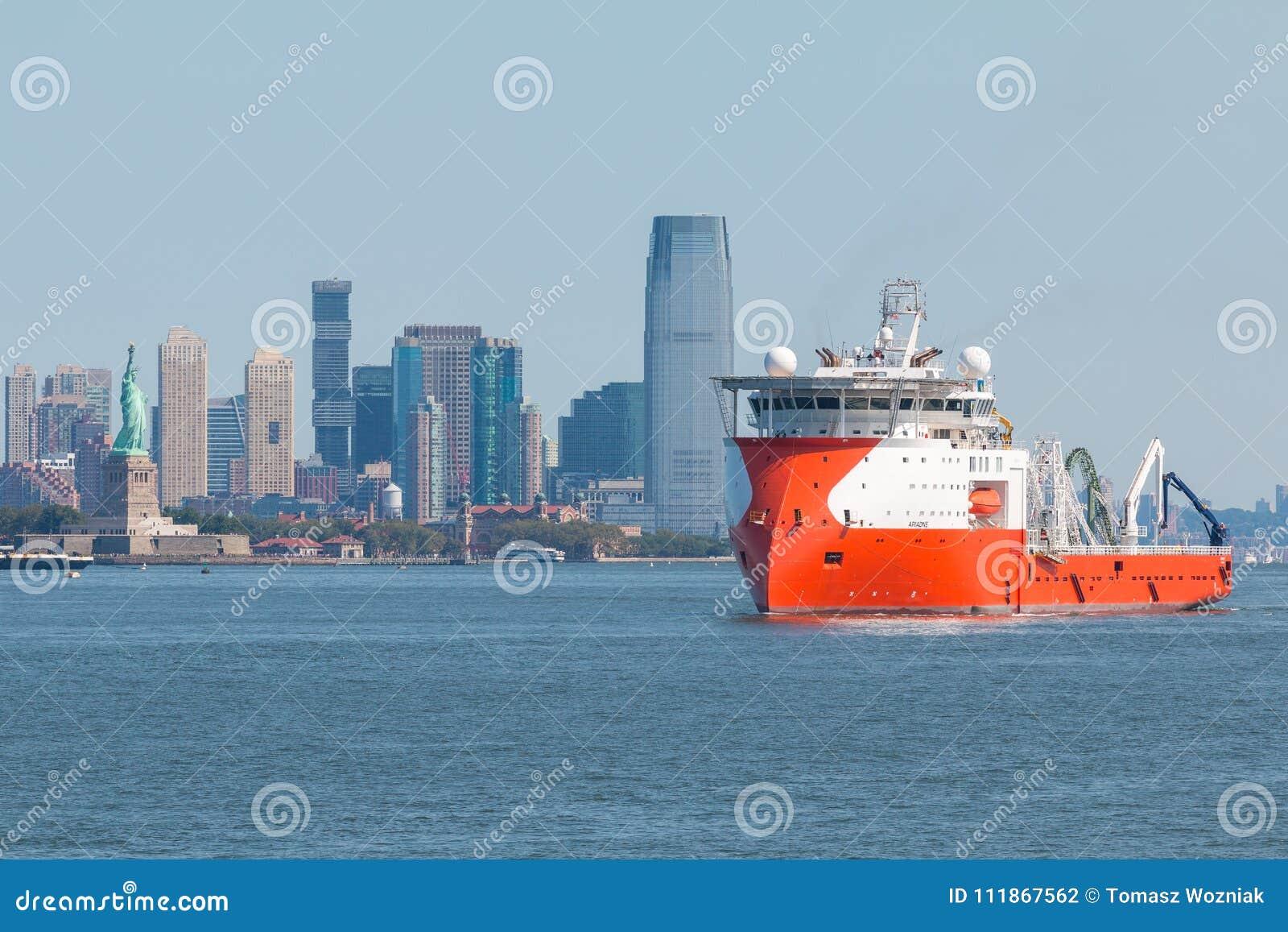 Ariadne Multi Purpose Offshore Vessel på Hudson River Sikt av nytt - ärmlös tröja i bakgrund