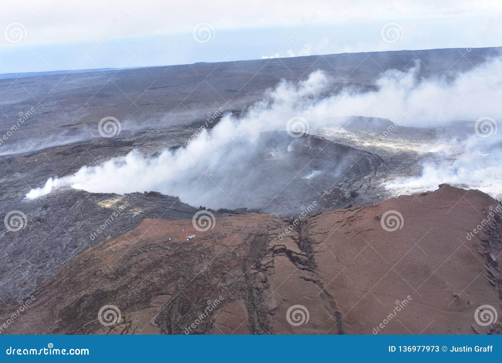 Arial-Ansicht von Hawaiis Kilauea-Vulkan mit dem Rauchsteigen