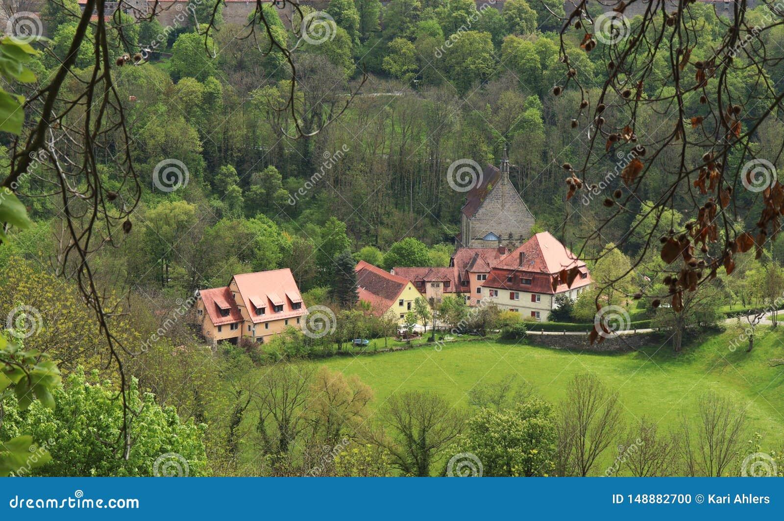 Arial-Ansicht von historischen Gebäuden durch die Bäume