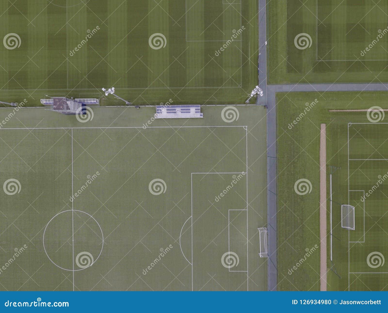 Arialhommel van een beroemde voetbalhoogte en opleidingsgronden die wordt geschoten