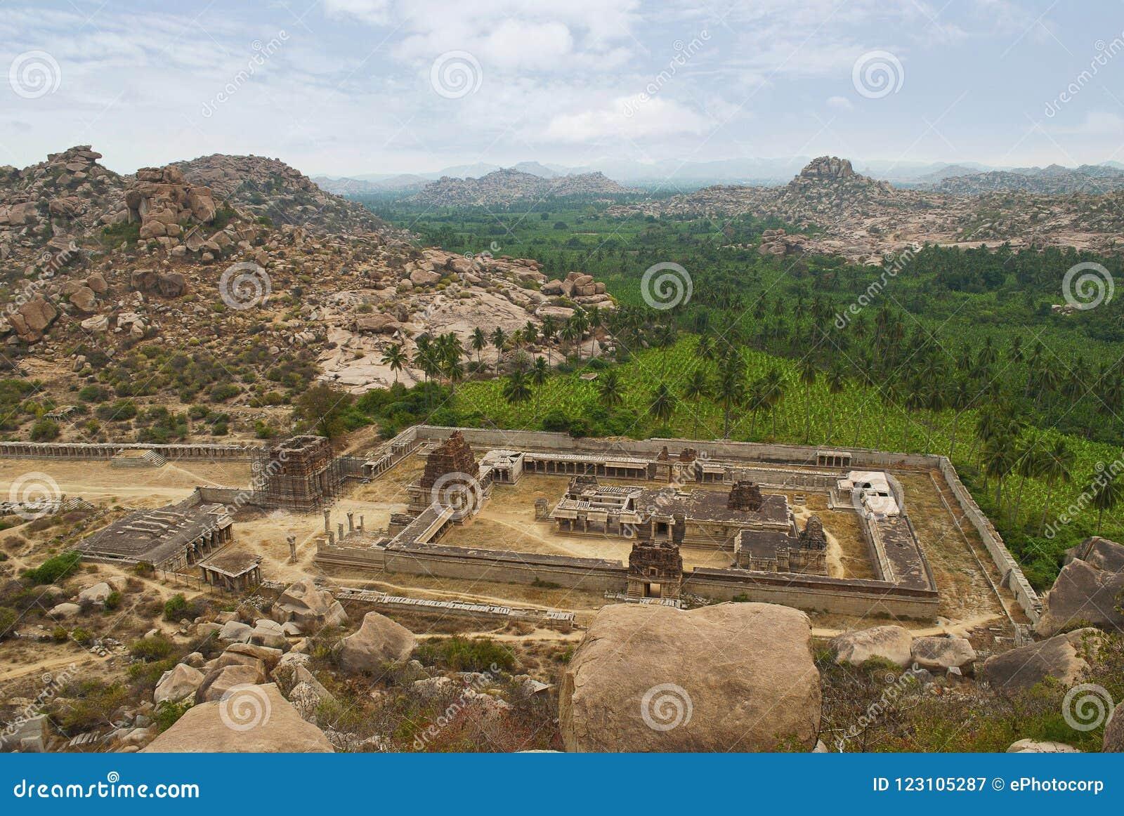 Arielmening van Achyuta Raya Temple en Courtisane` s straat van Matanga-Heuvel Hampi, Karnataka Heilig Centrum De heuvel op righ