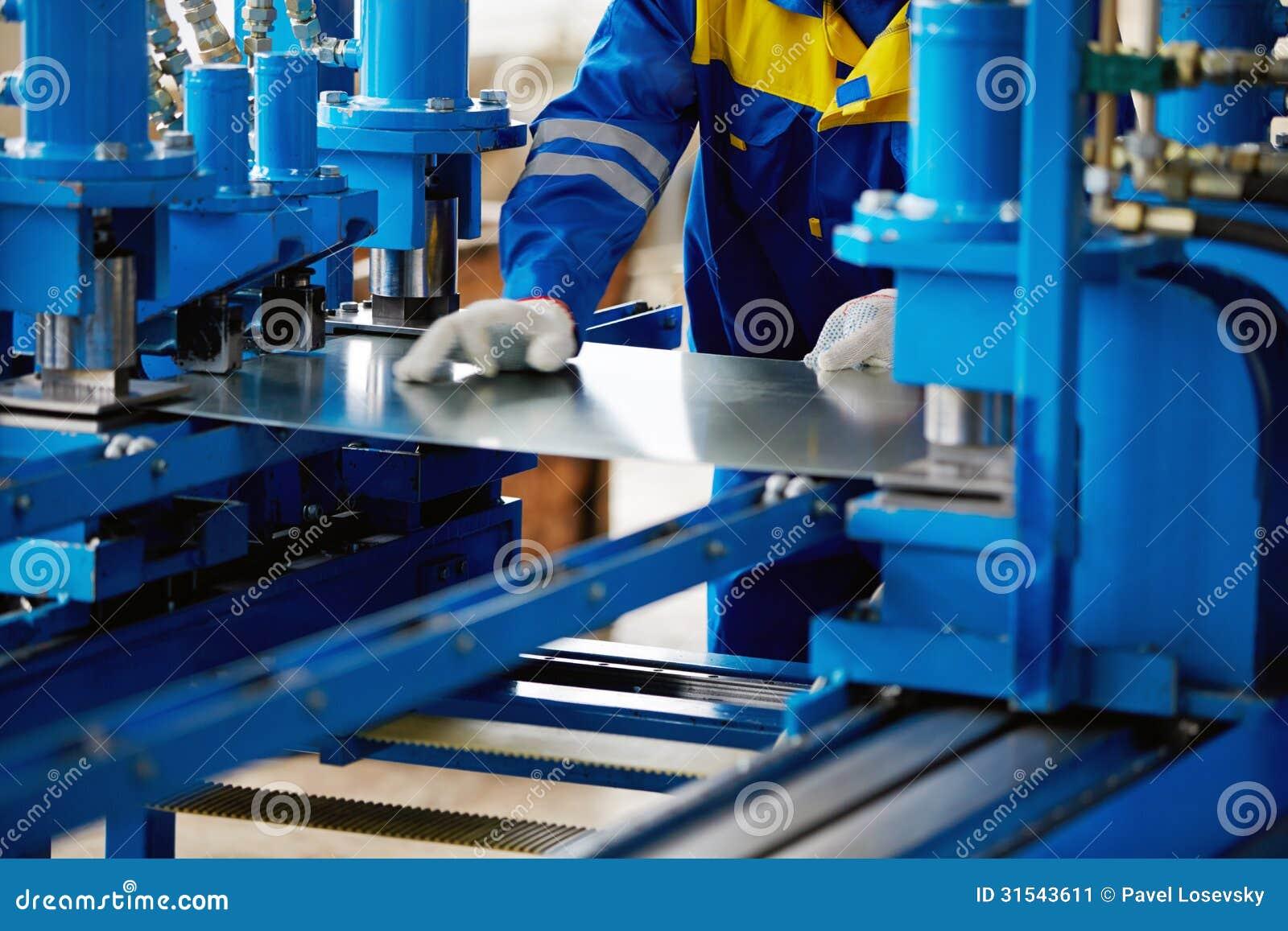 Ark av metall och händer av arbetaren