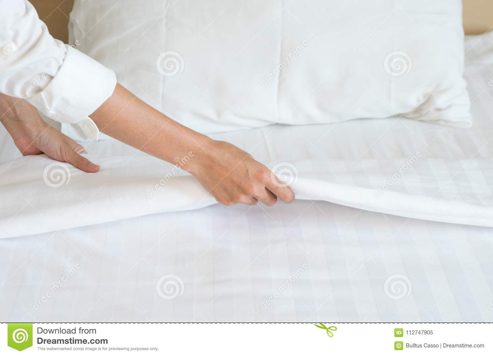 Ark för säng för kvinnlig handaktivering vitt i rumhotell
