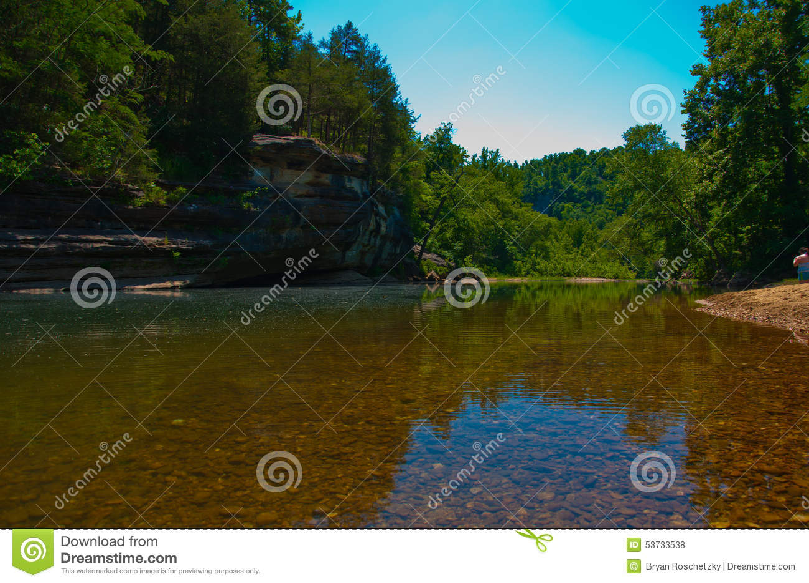 Arkansas claro Ozark Mountain River fluye lento y constante