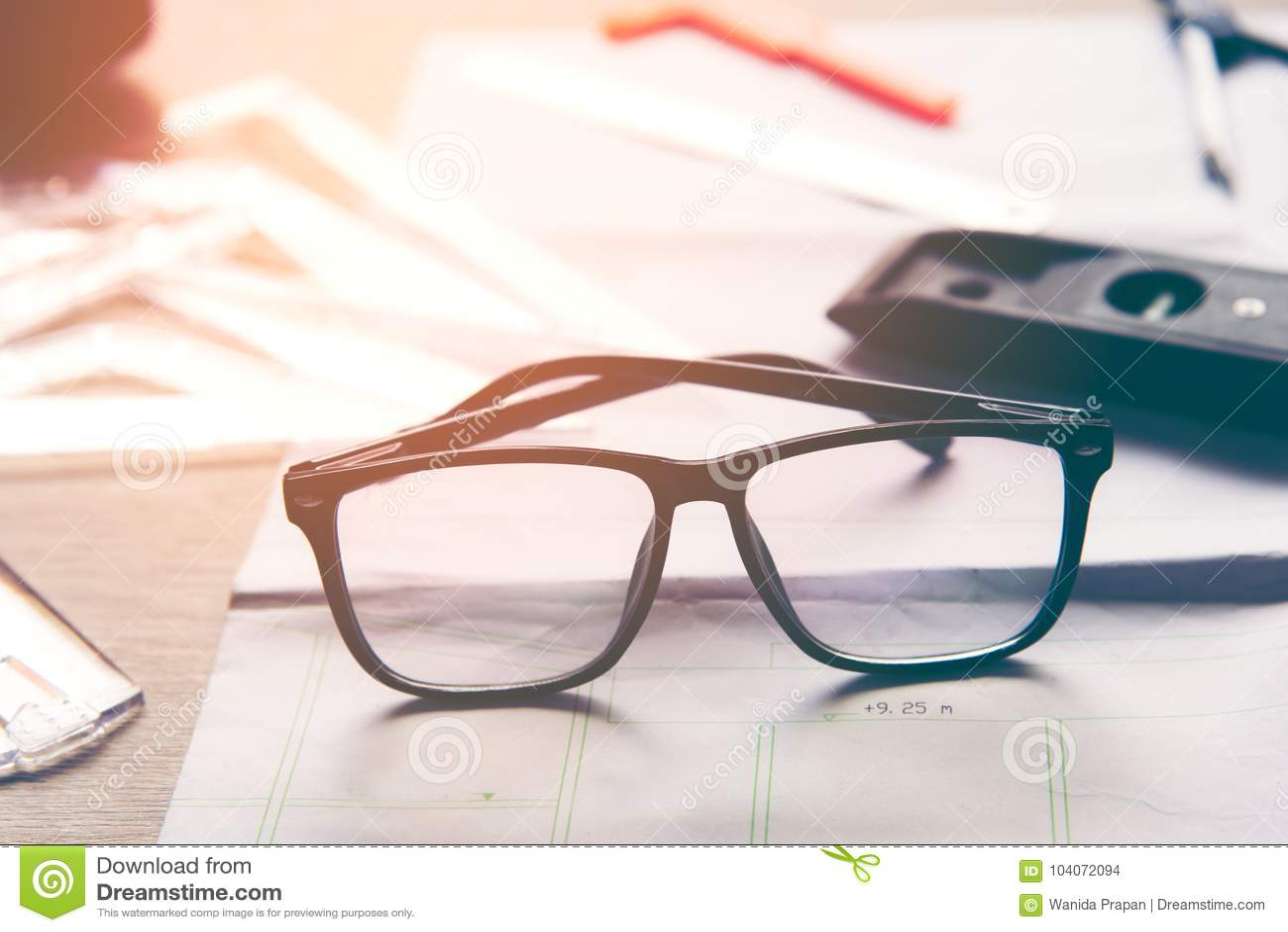 Arkitekt för bästa sikt som arbetar på ritning med tillbaka exponeringsglas Arkitektarbetsplats