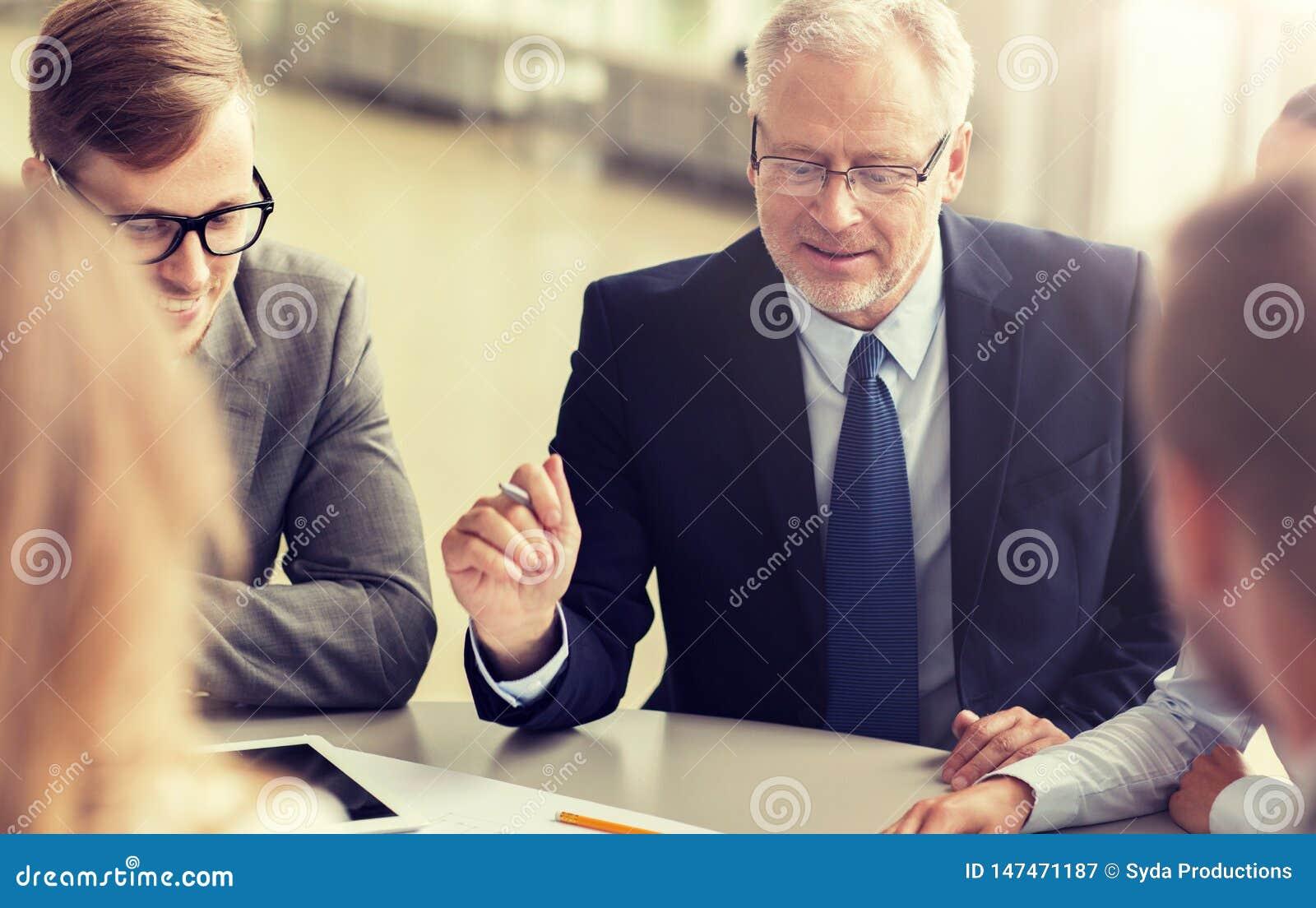Arkitekter med minnestavlaPC och ritning p? kontoret