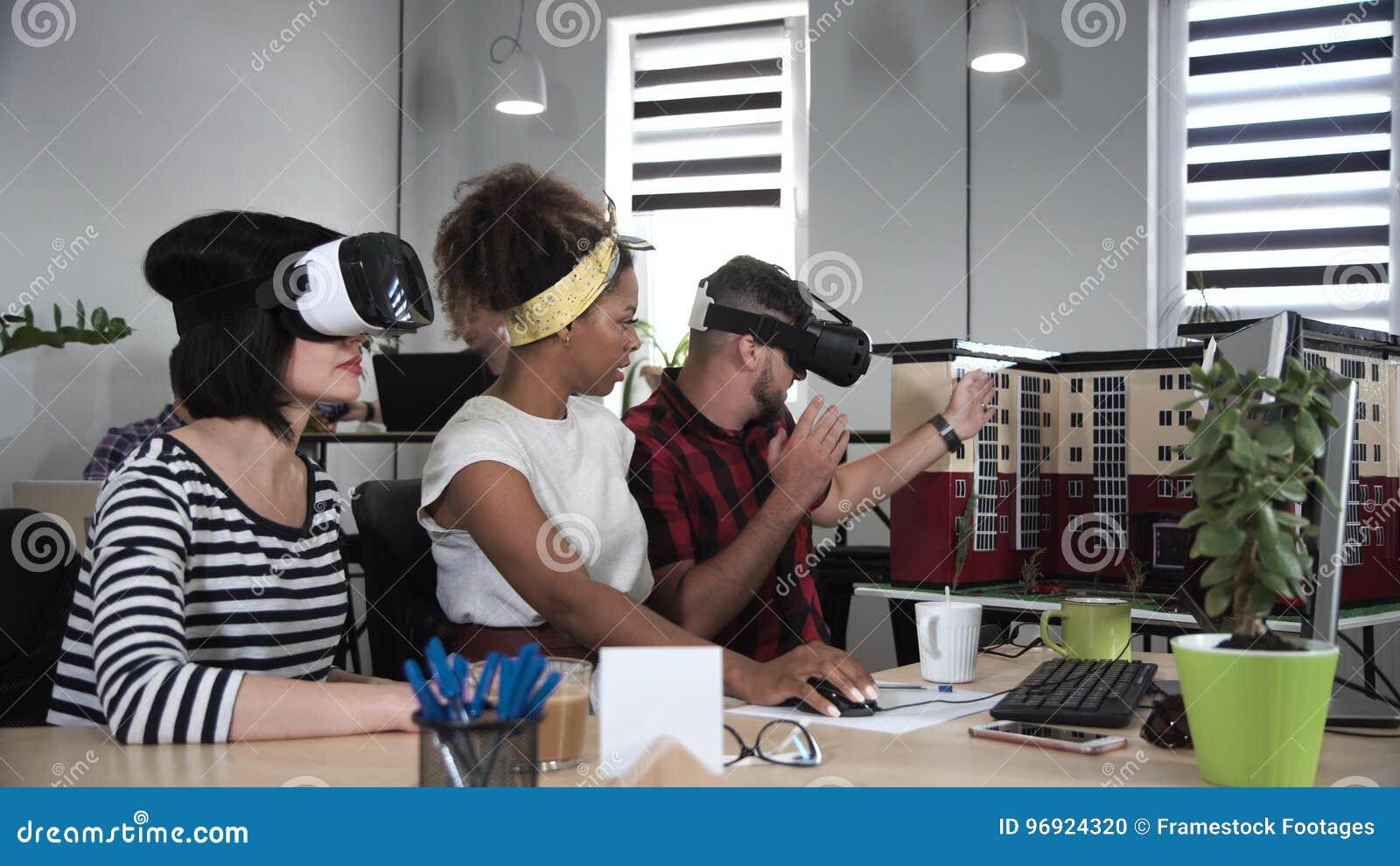 Arkitekter som arbetar i VR-exponeringsglas