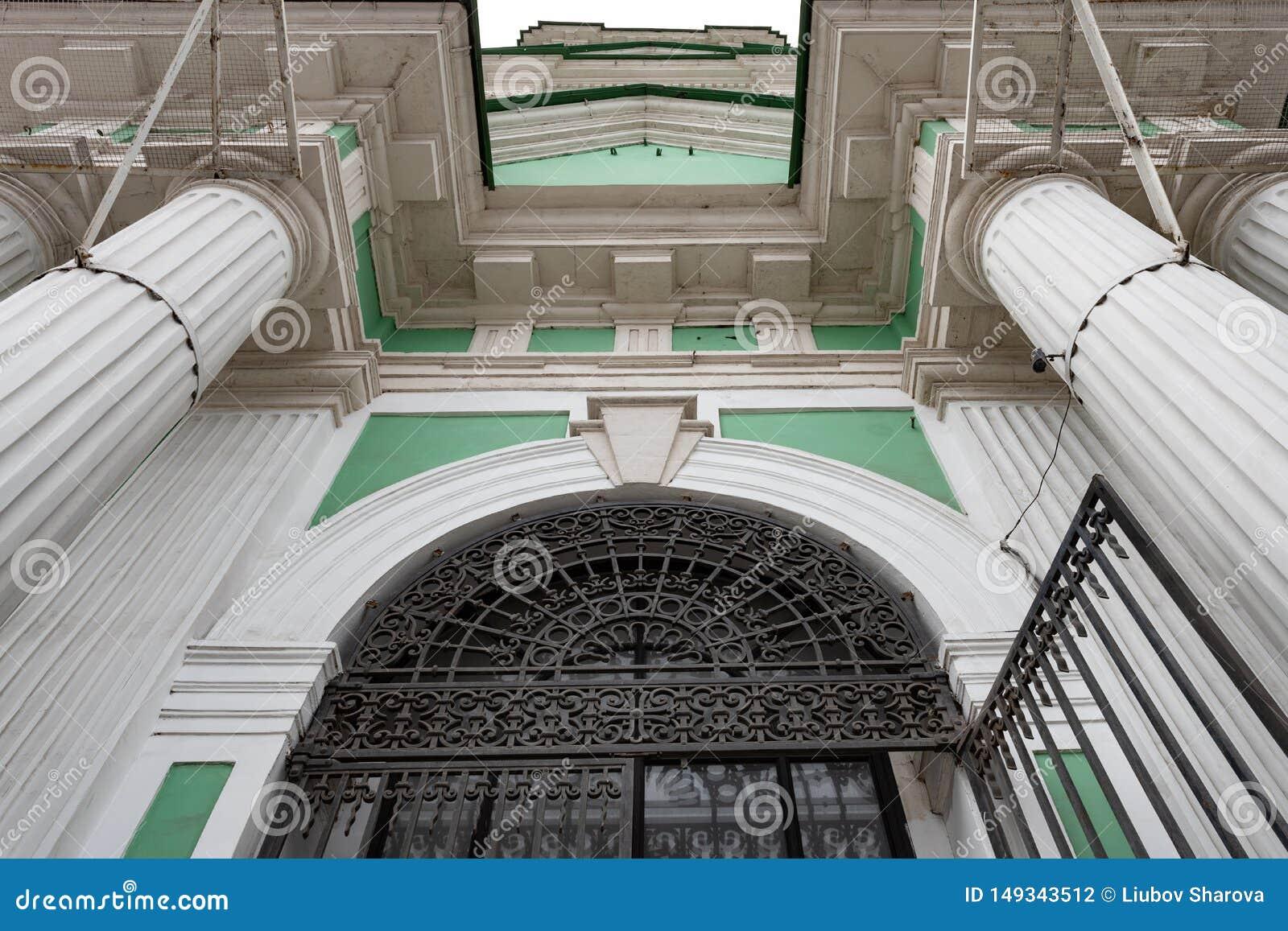 Arkitektonisk detalj av fasaden av kyrkan av St John openwork smidesj?rngaller, vita kolonner som g?r in i himlen