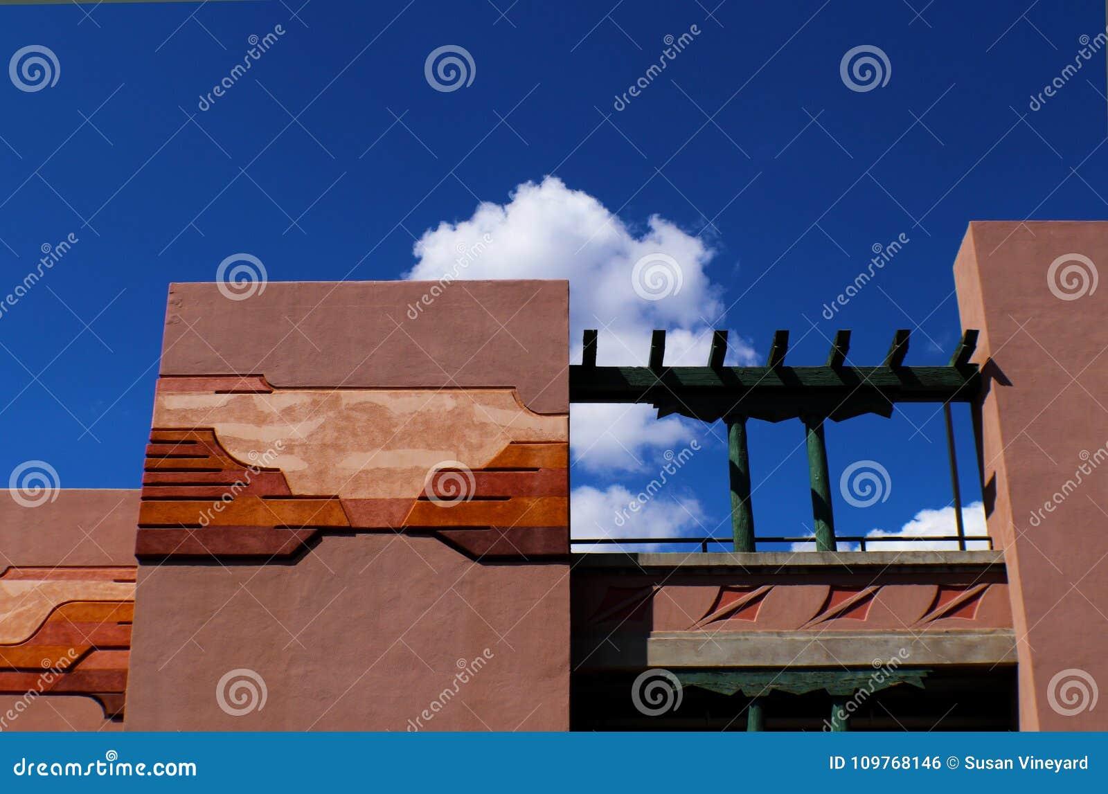 Arkitektur med sydvästlig design i stuckatur mot blå himmel med moln, Santa Fe som är ny - Mexiko
