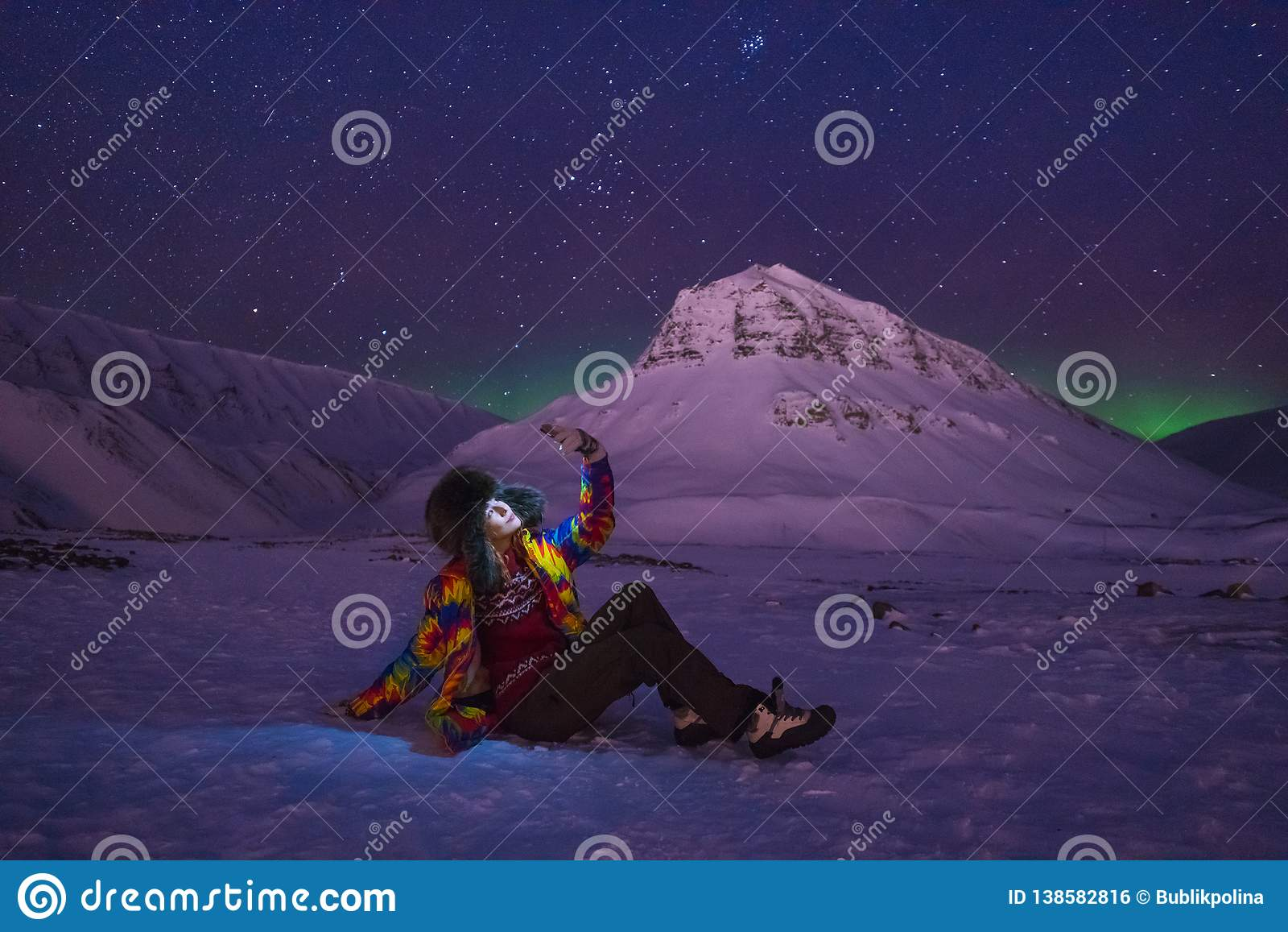 Arktischer Nordlicht-aurora borealis-Himmelstern im Norwegen-Reise Bloggermädchen Svalbard in Longyearbyen-Stadt die Mondberge