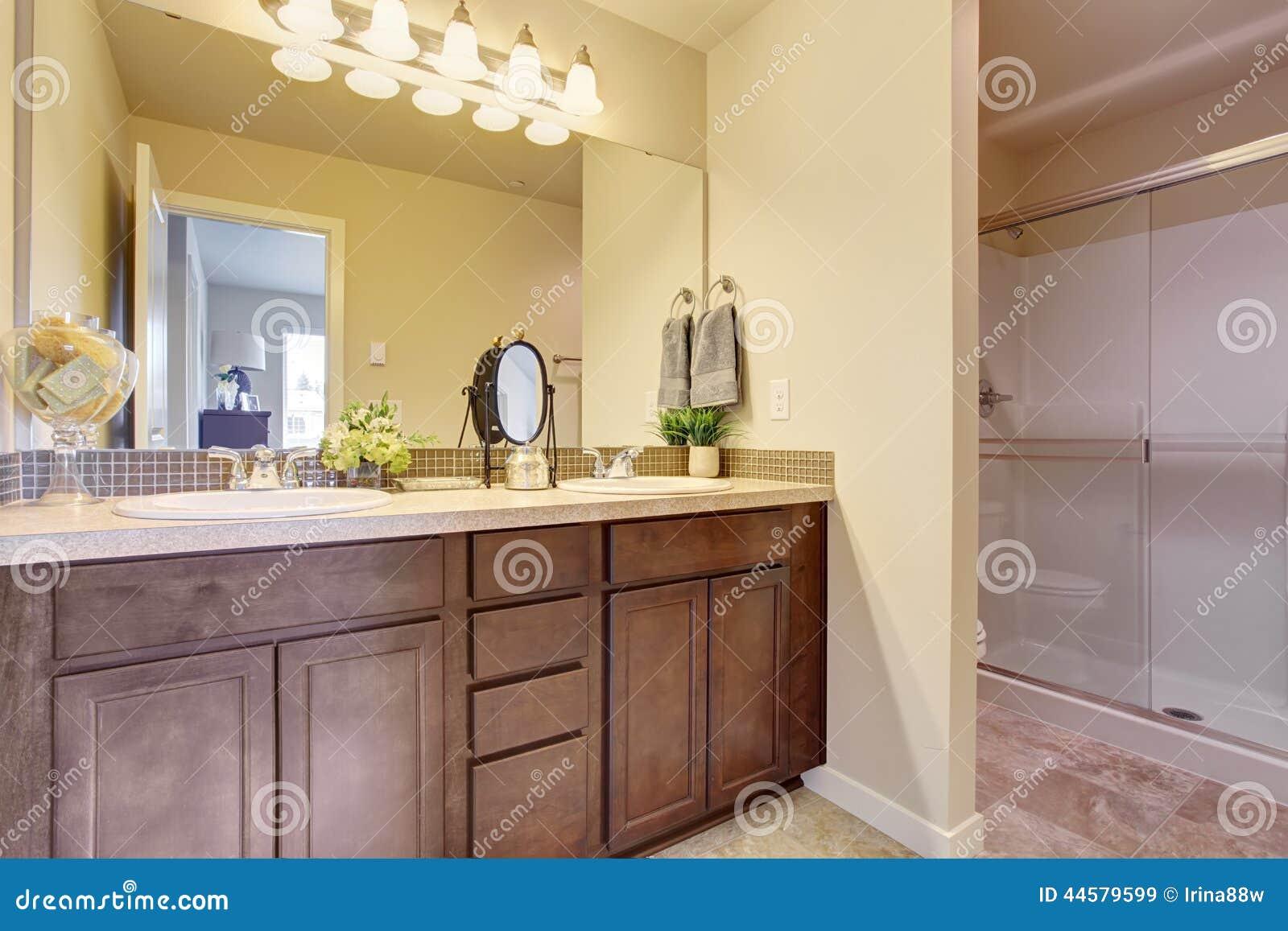 vaidade do banheiro com parte superior do granito e o grande espelho #937638 1300x957 Armario Banheiro Granito