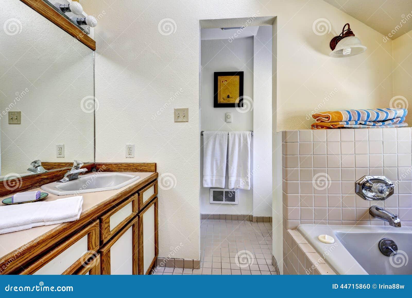 Armário Da Vaidade Do Banheiro Com Guarnição Marrom E O Grande  #743D15 1300x957 Banheiro Azul E Marrom