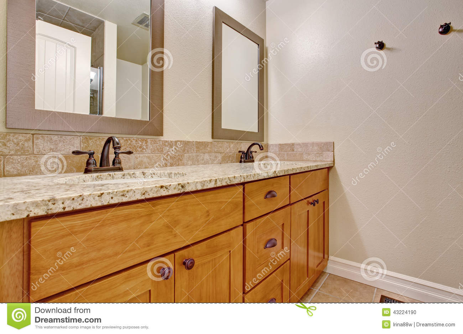 Armário De Madeira Da Vaidade Do Banheiro Com Parte Superior Do Granito Foto  -> Como Improvisar Um Armario De Banheiro