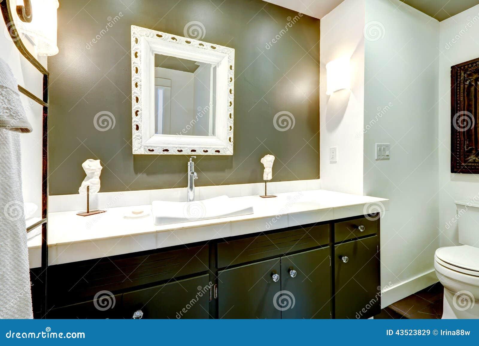 Armário Escuro Da Vaidade Do Banheiro Com Parte Superior Branca Foto  #82A328 1300x957 Armario Banheiro Superior