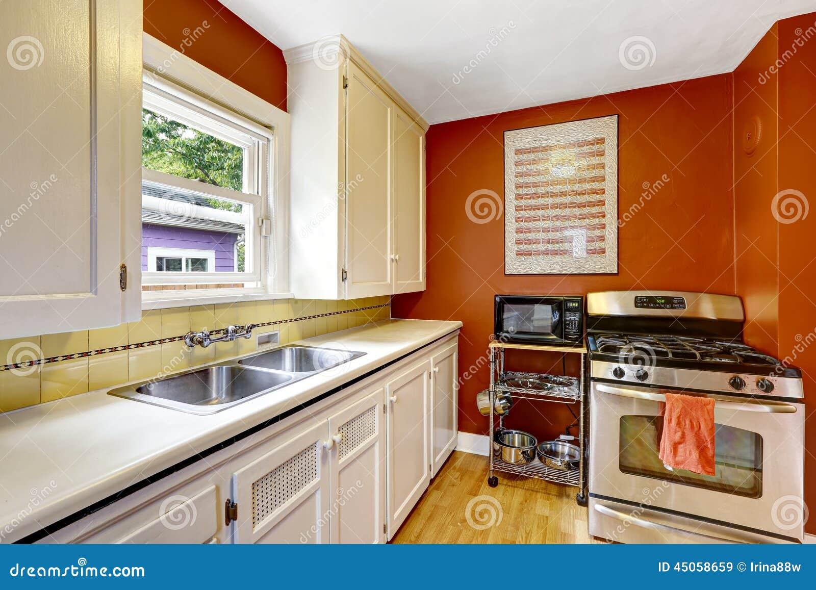 Foto de Stock: Armários de cozinha brancos com a parede vermelha  #B14606 1300 957