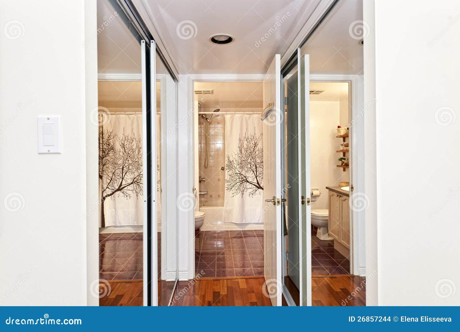 interior com caminhada através dos armários espelhados ao banheiro #82A229 1300x957 Armario Para Banheiro Harpex