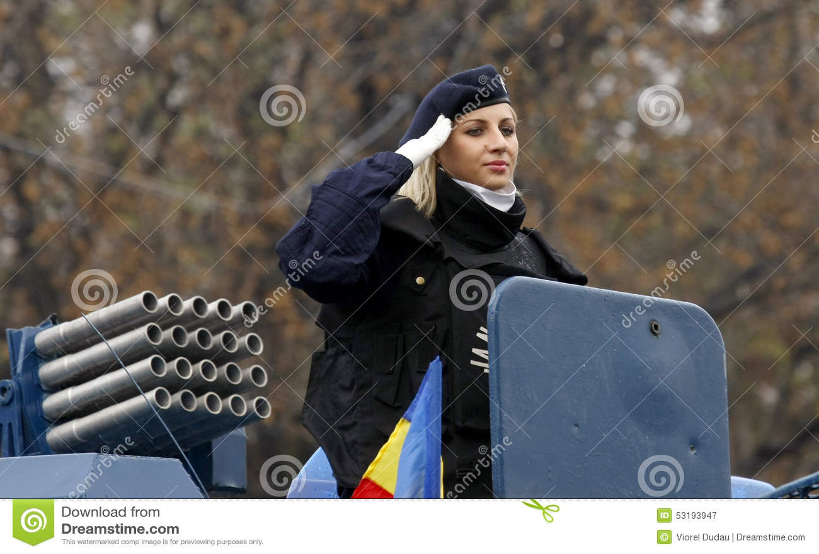Armén pressar den militära kvinnan