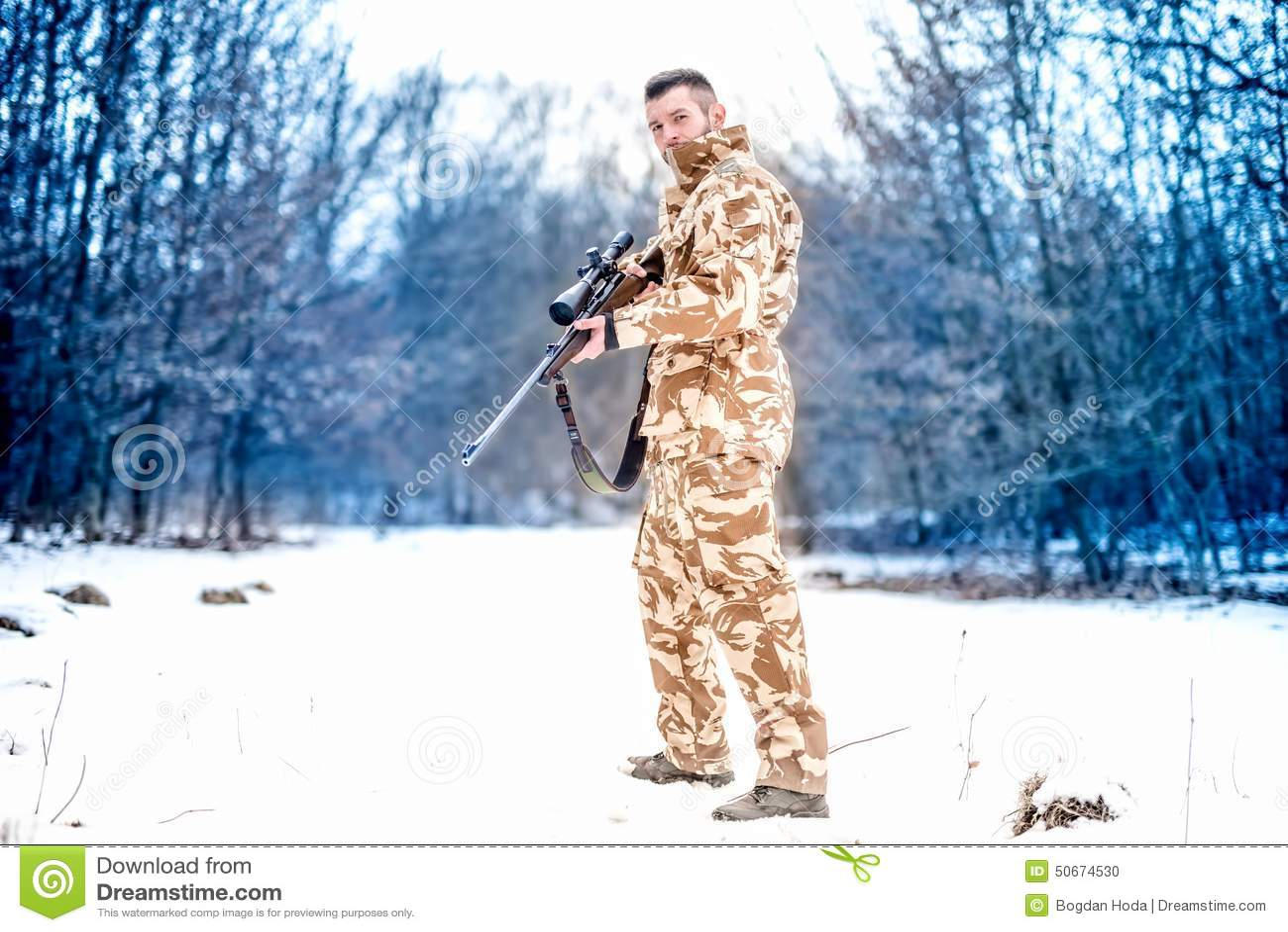 Arméprickskytt under militär operation genom att använda ett yrkesmässigt gevär på en kall vinterdag