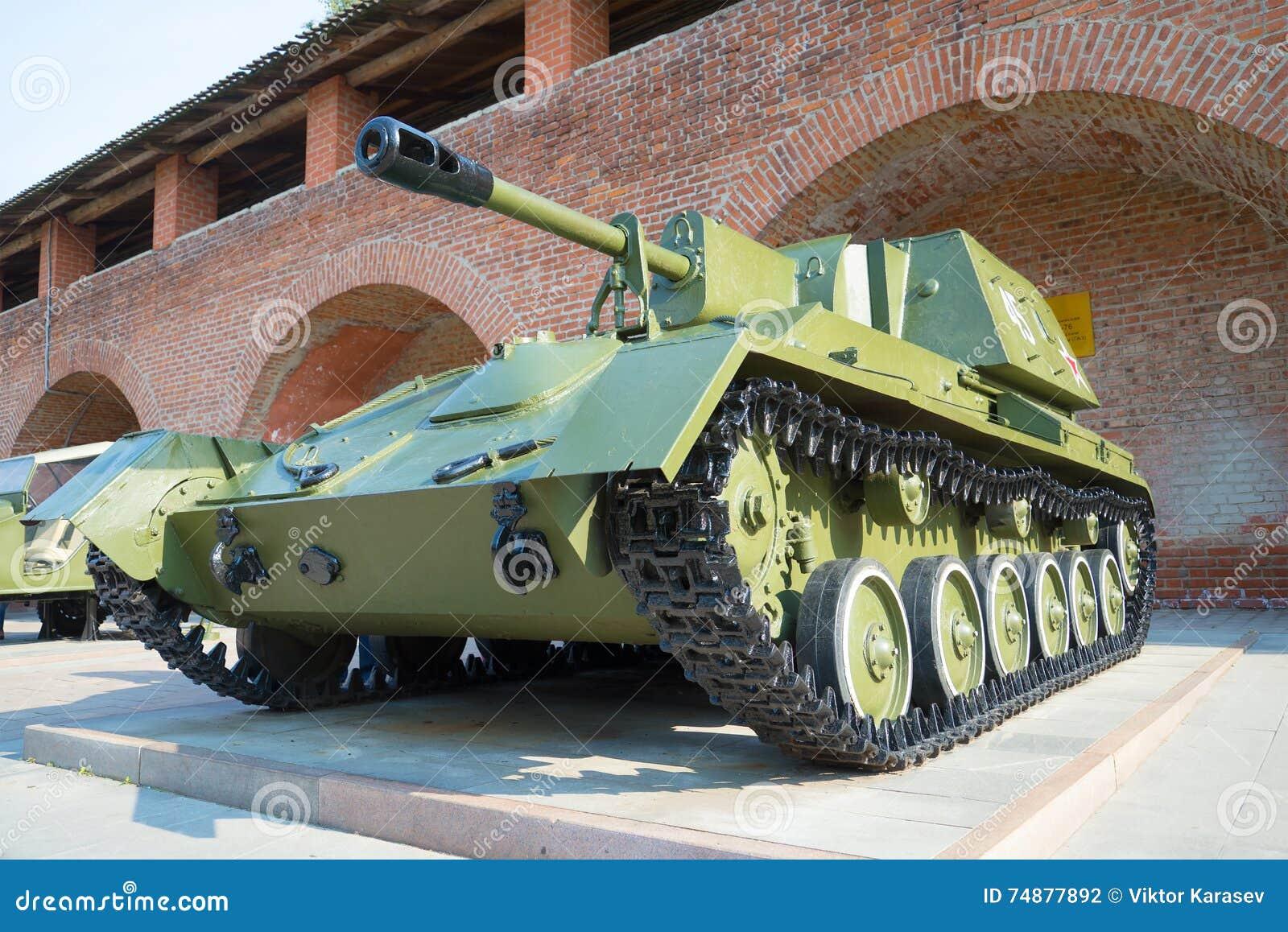Arma automotora SU-76 Uma exibição do equipamento militar no Kremlin de Nizhny Novgorod