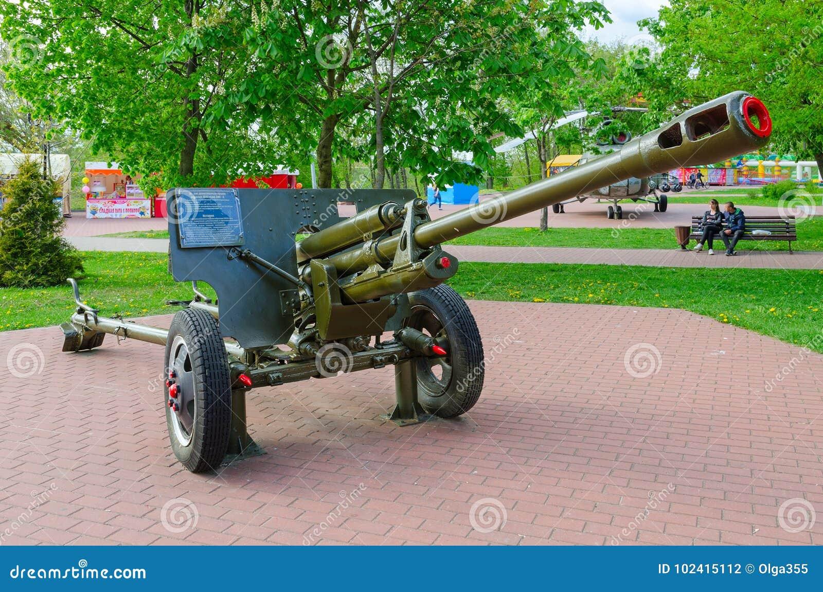 Arma divisional 76-milímetro de 1942 ZIS-3 modelo en el callejón de la gloria militar en el parque de ganadores, Vitebsk, Bielorr