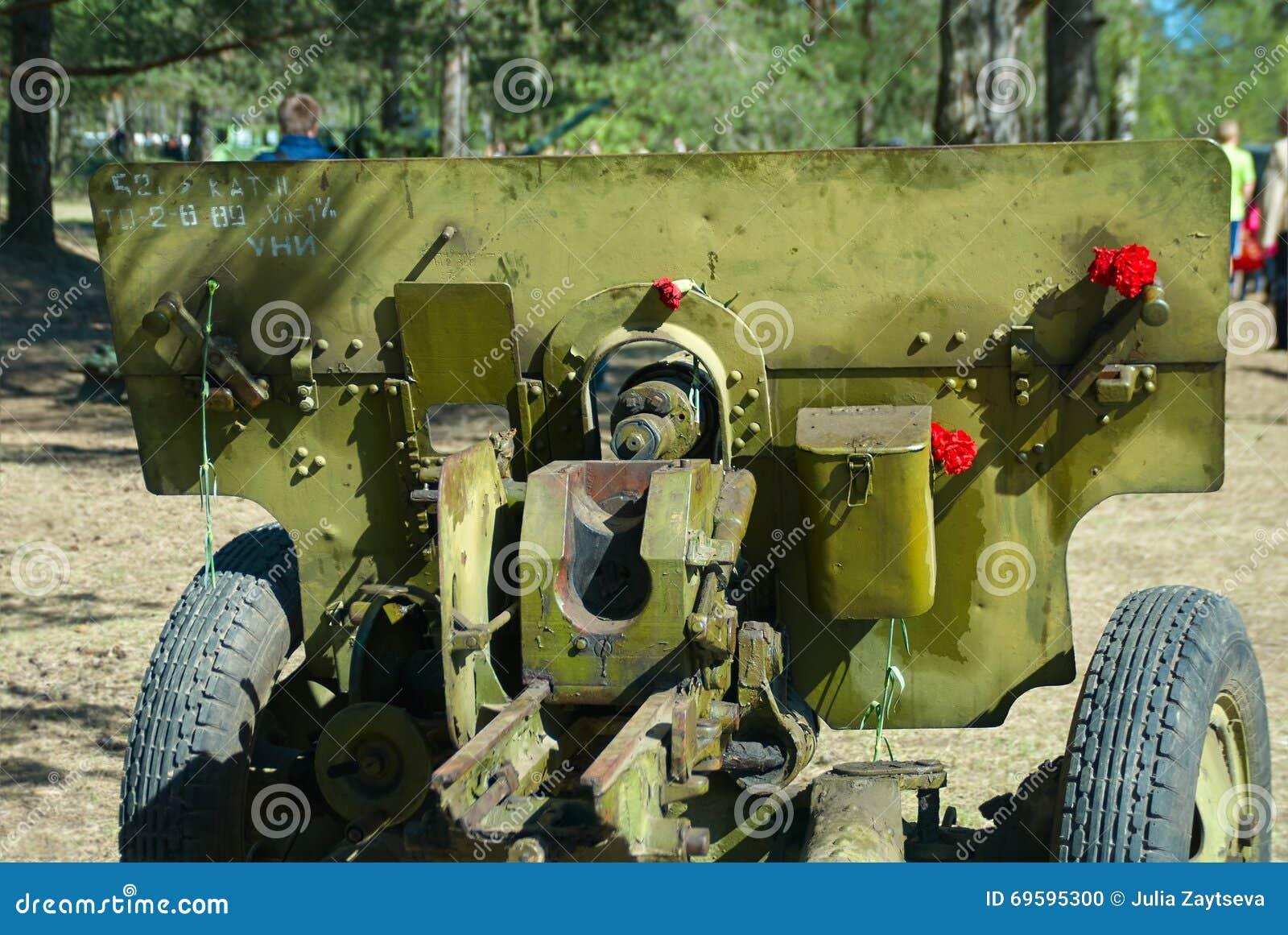 Arma divisional ruso ZIS-3 en la exposición del equipo militar en el día de la victoria