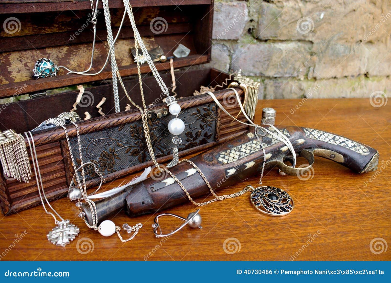 Arma viejo del pirata con el tesoro