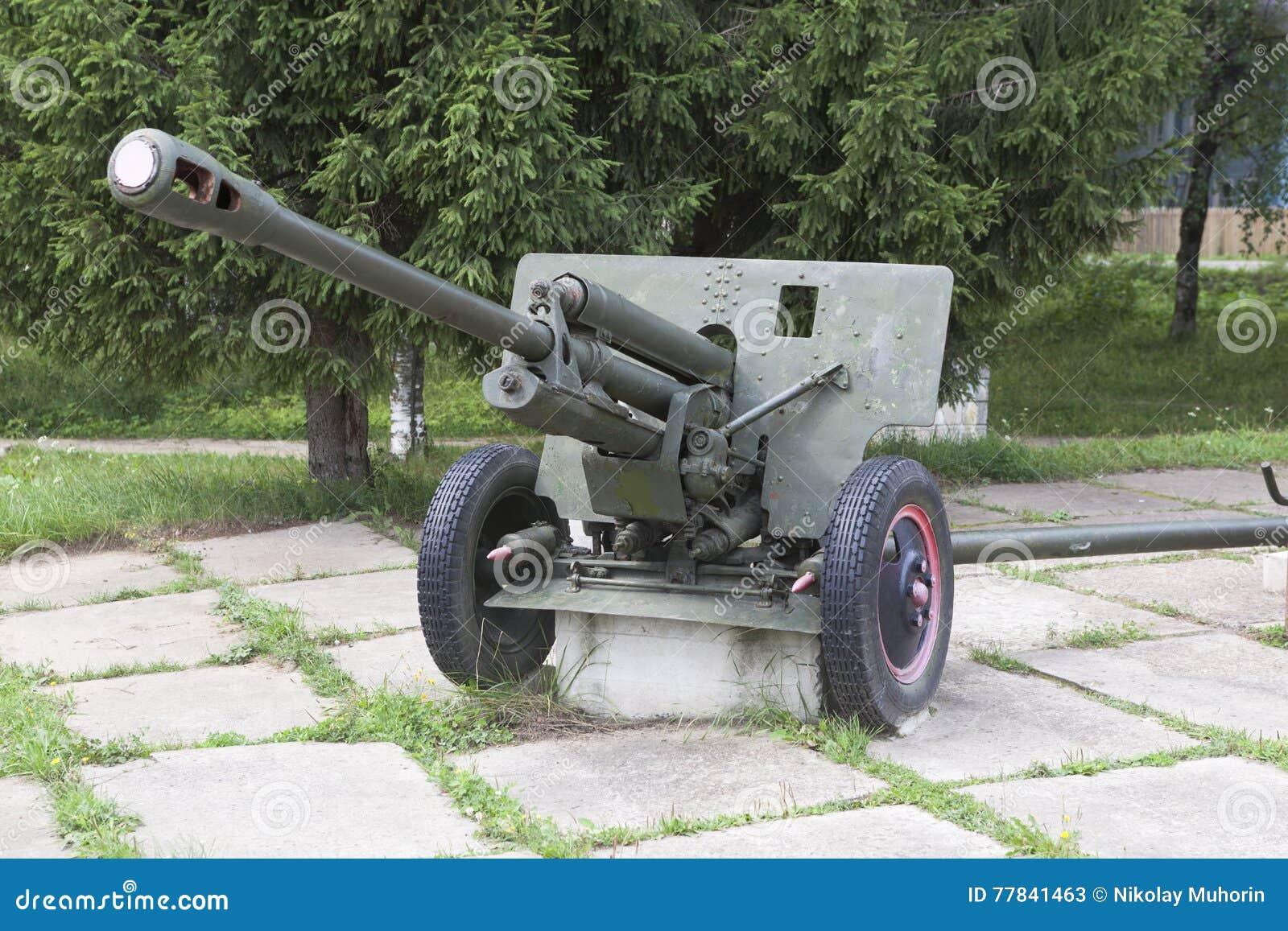 Arma ZIS-3 de la artillería en el cuadrado cerca de los soldados caidos del monumento en la Segunda Guerra Mundial el pueblo Syam
