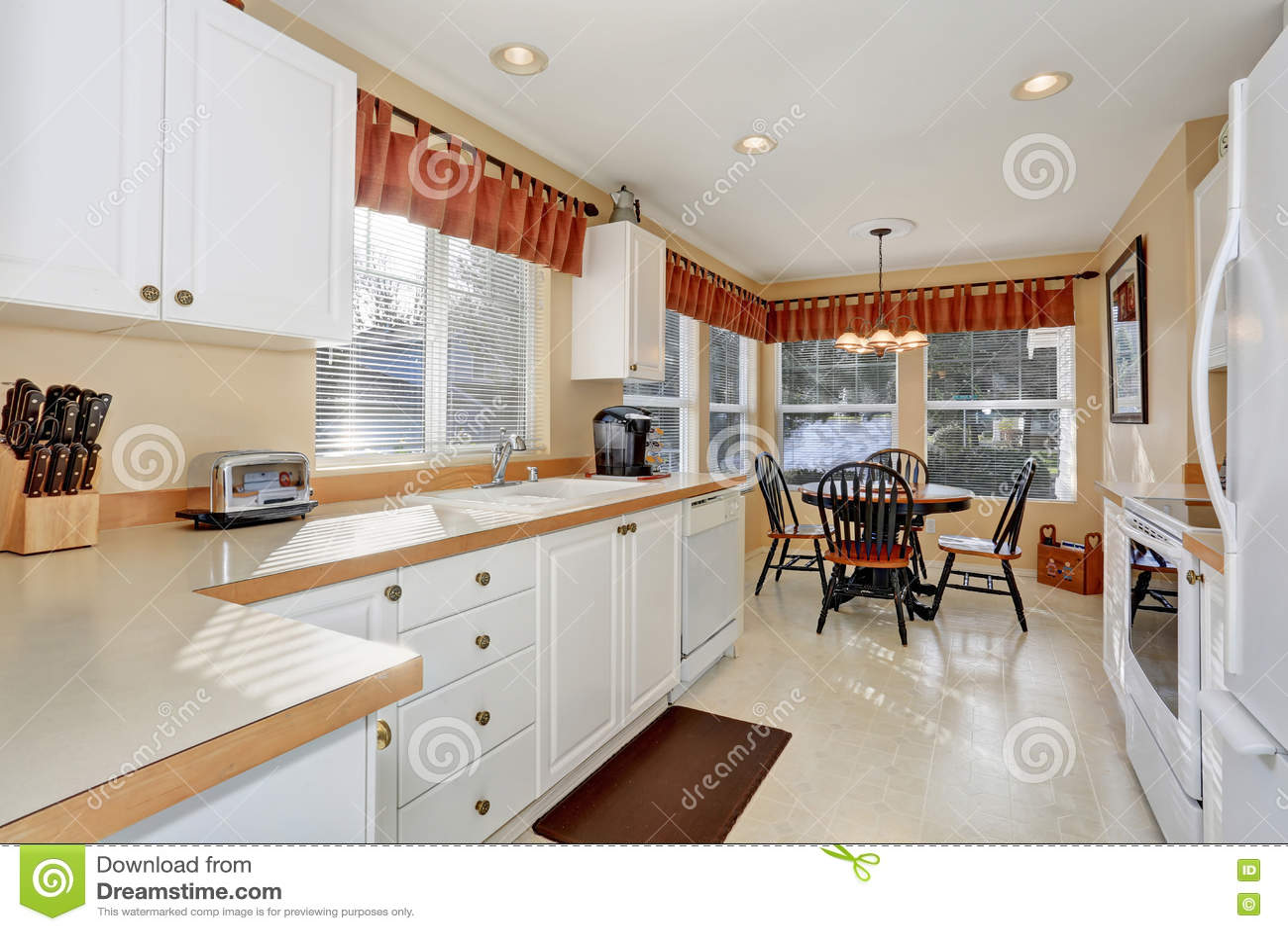Armadi da cucina bianchi con gli apparecchi e la pavimentazione in piastrelle d 39 acciaio - Piastrelle cucina rosse ...