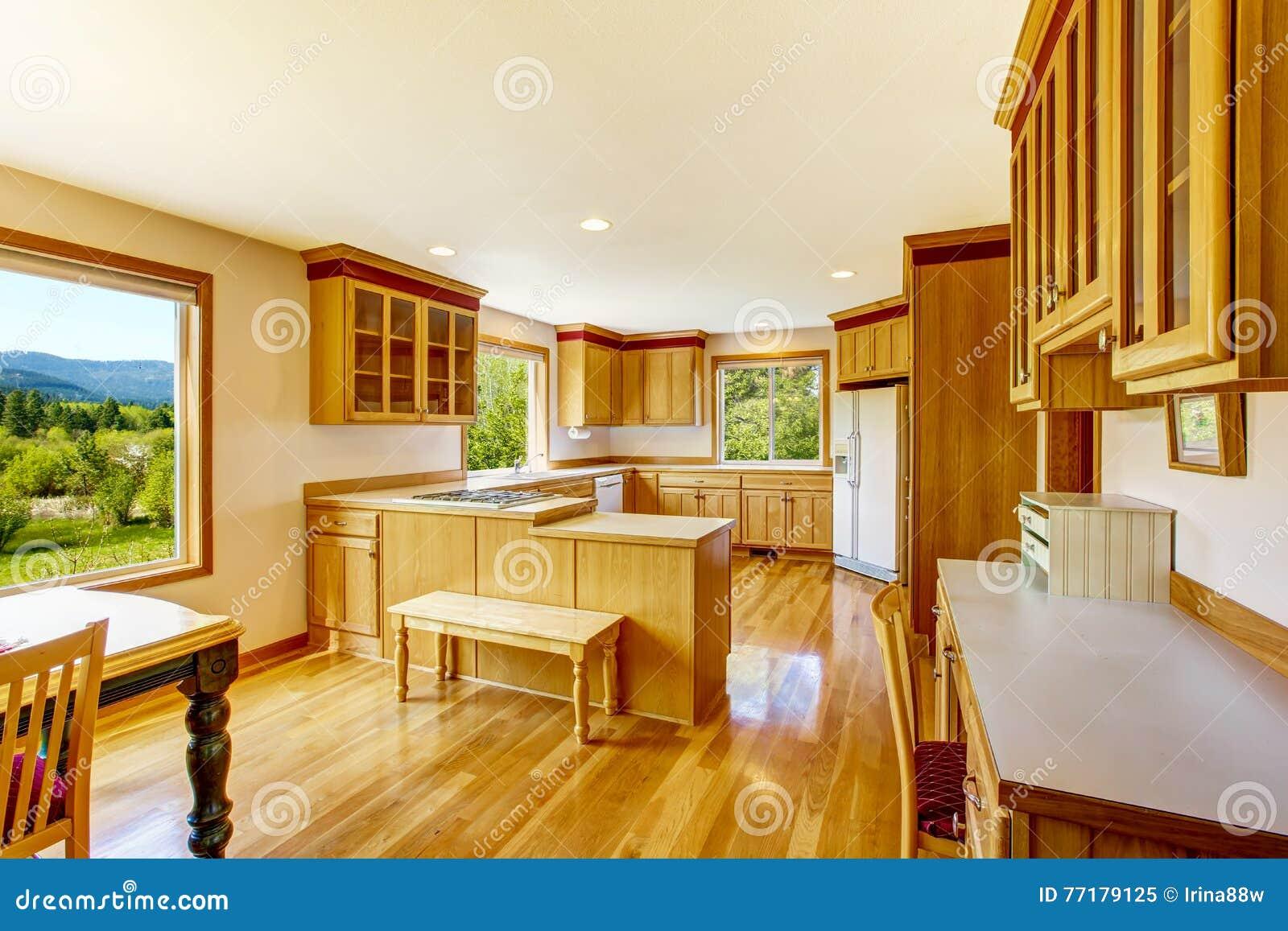 Armadi da cucina marrone chiaro apparecchi bianchi e pavimento di legno duro immagine stock - Armadi da cucina ...