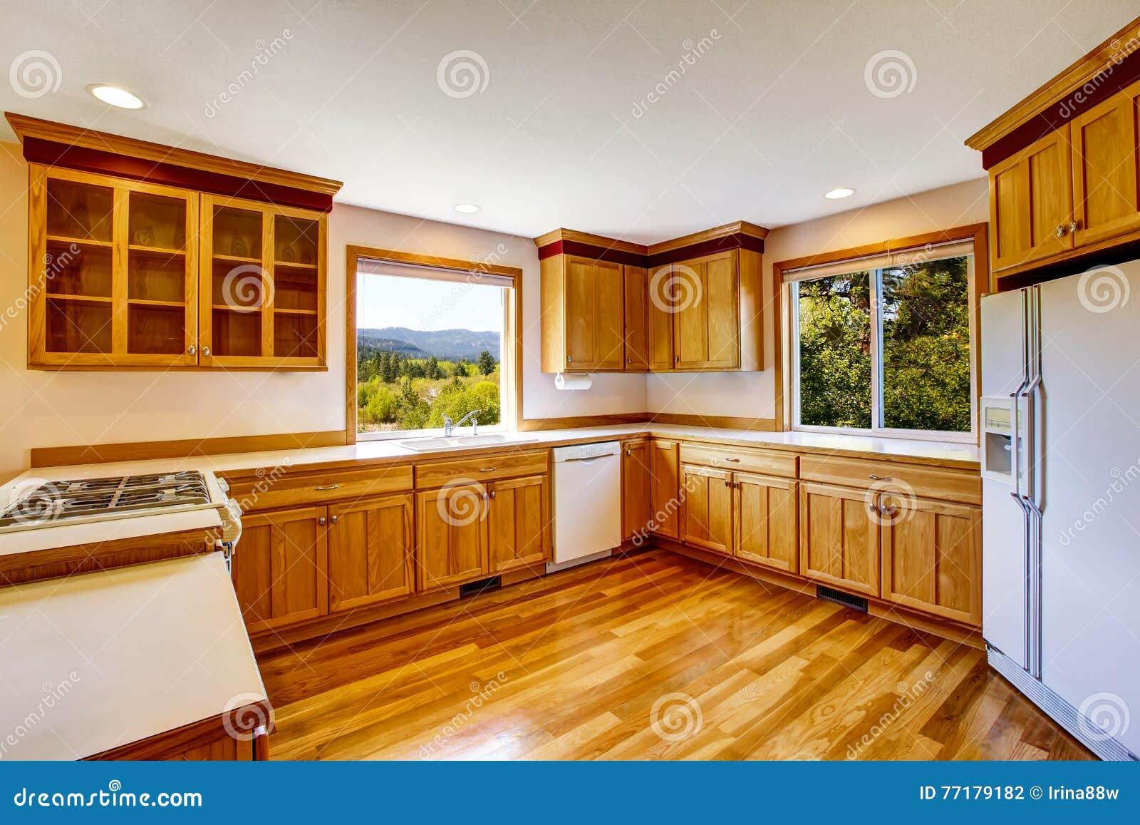 Armadi da cucina marrone chiaro apparecchi bianchi e - Armadi da cucina ...