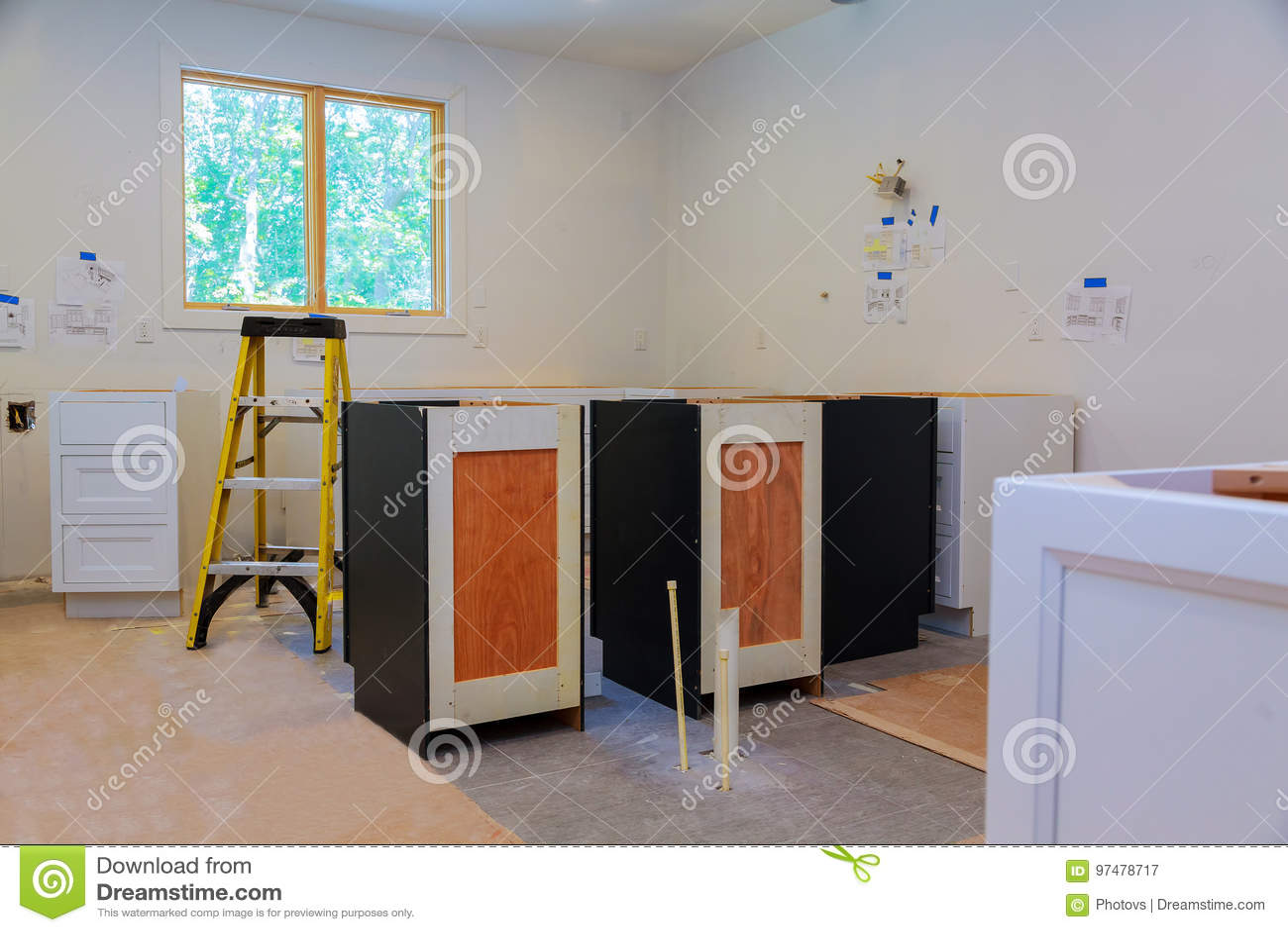 Armadi da cucina su ordinazione in varie fasi di installazione