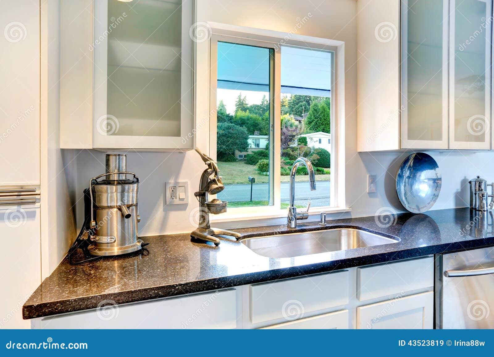 Armadio da cucina con la cima ed il lavandino del granito - Sifone lavandino cucina ...