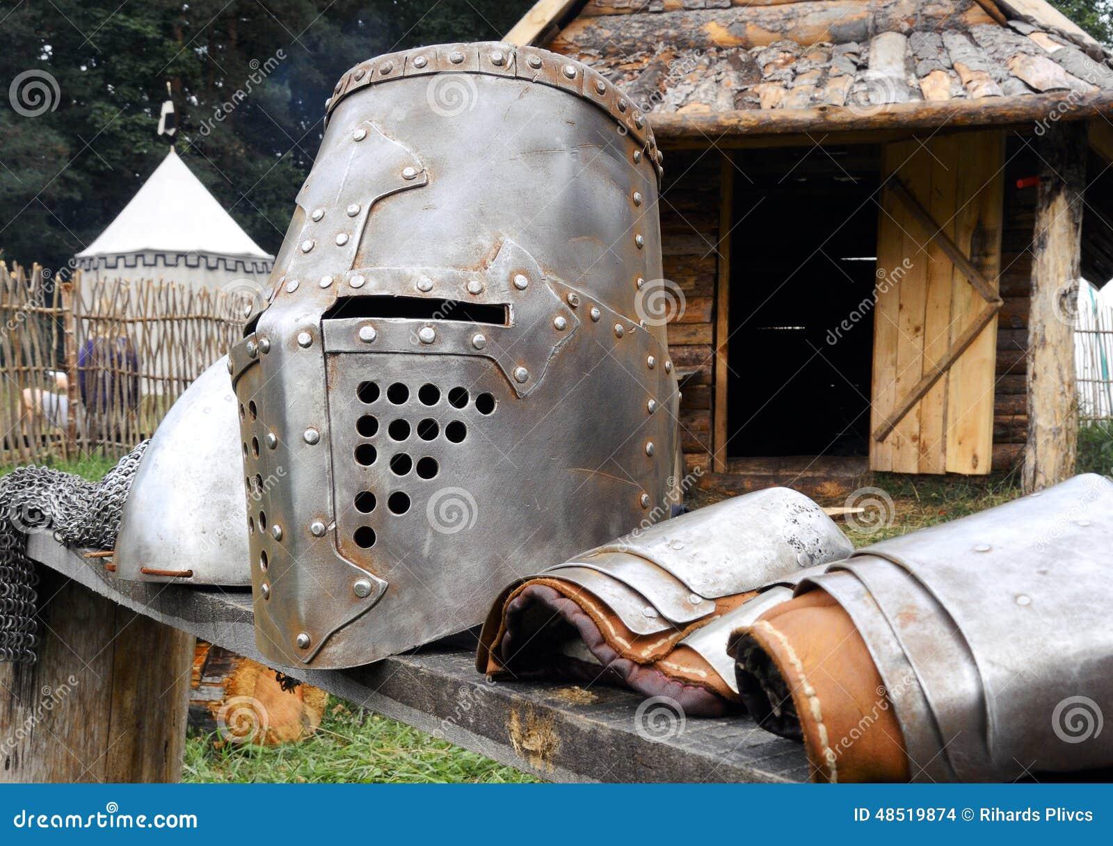 Armadura Da Idade Média Do Metal No Banco Foto de Stock - Imagem de ...