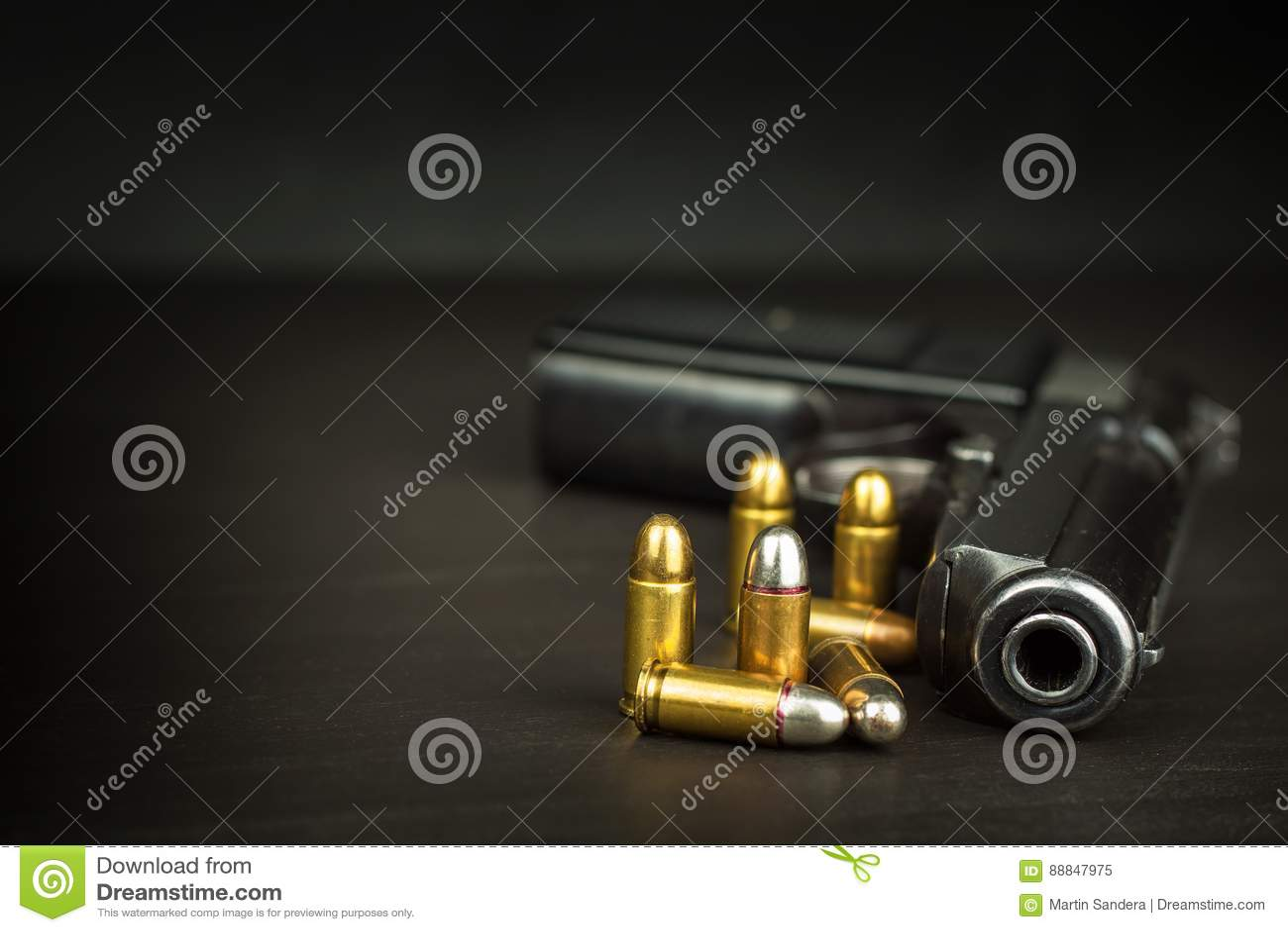 Armar uthärdar rakt till Vapenkontroll Detalj på vapnet Ställe för din text Försäljningar av skjutvapen