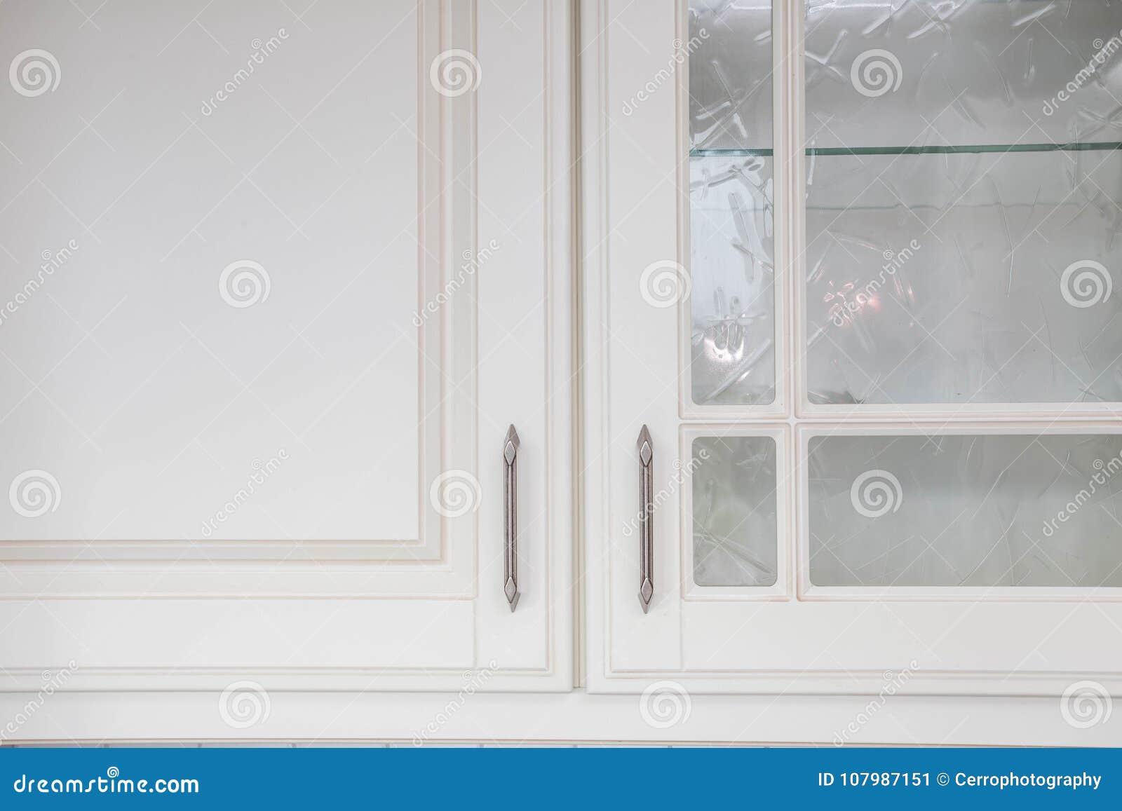 Armario blanco de madera de la cocina
