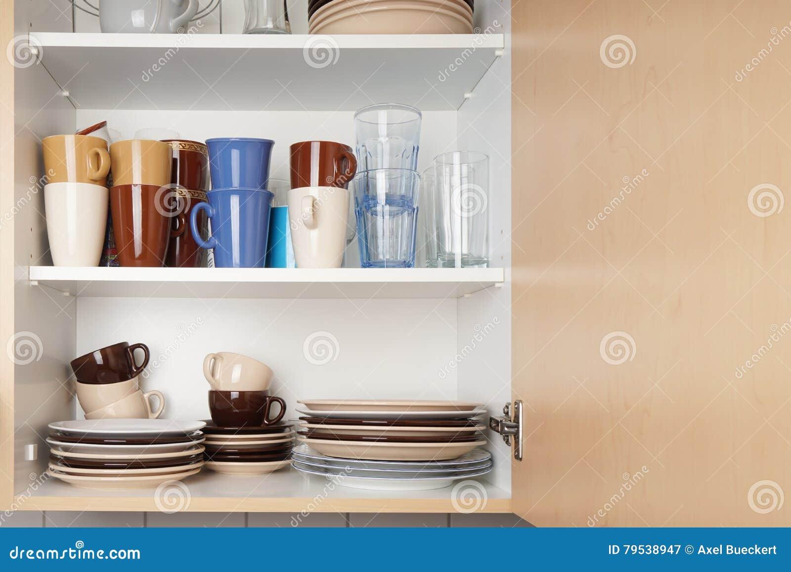 armario de cocina o armario para los platos foto de archivo