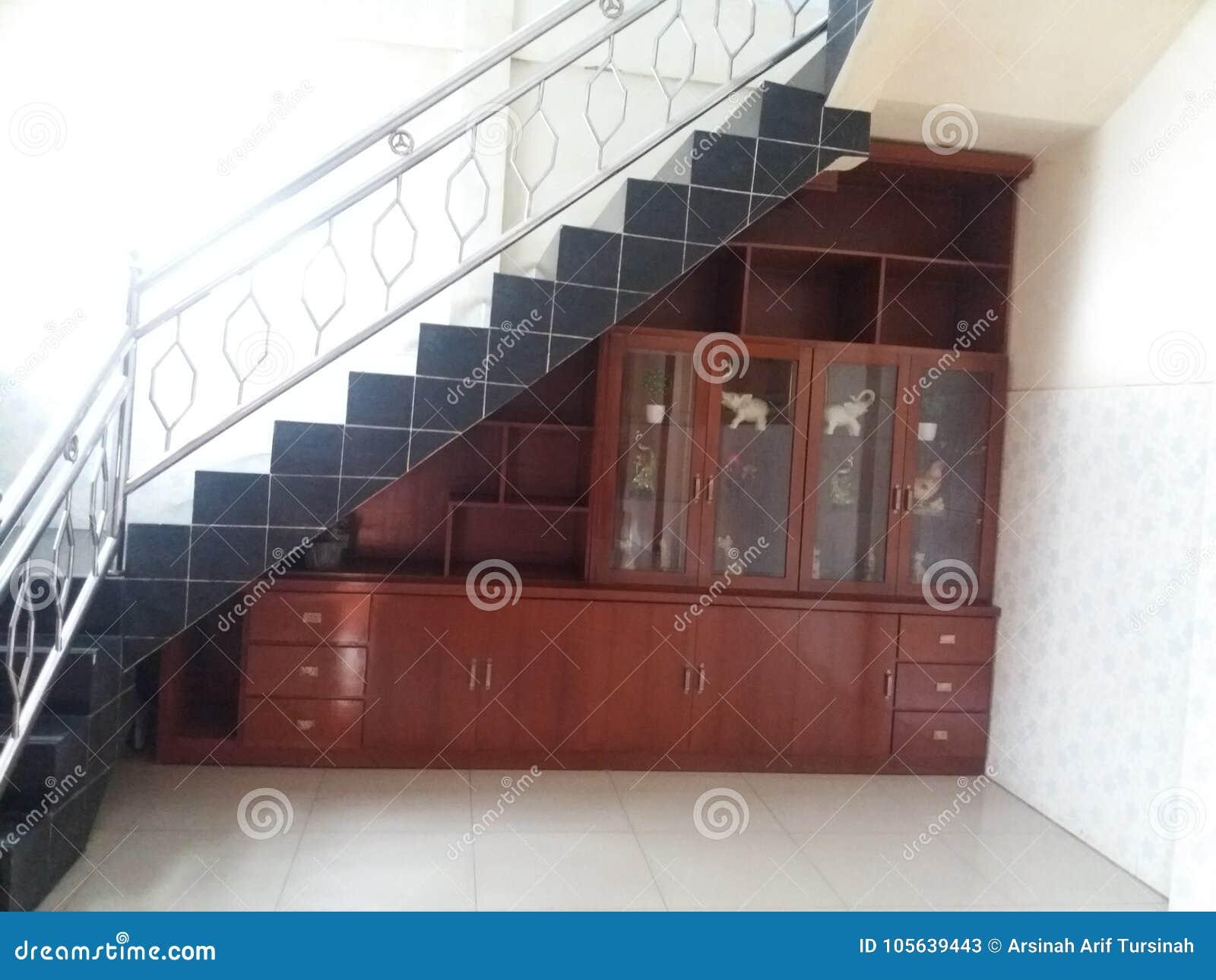Armario debajo de las escaleras