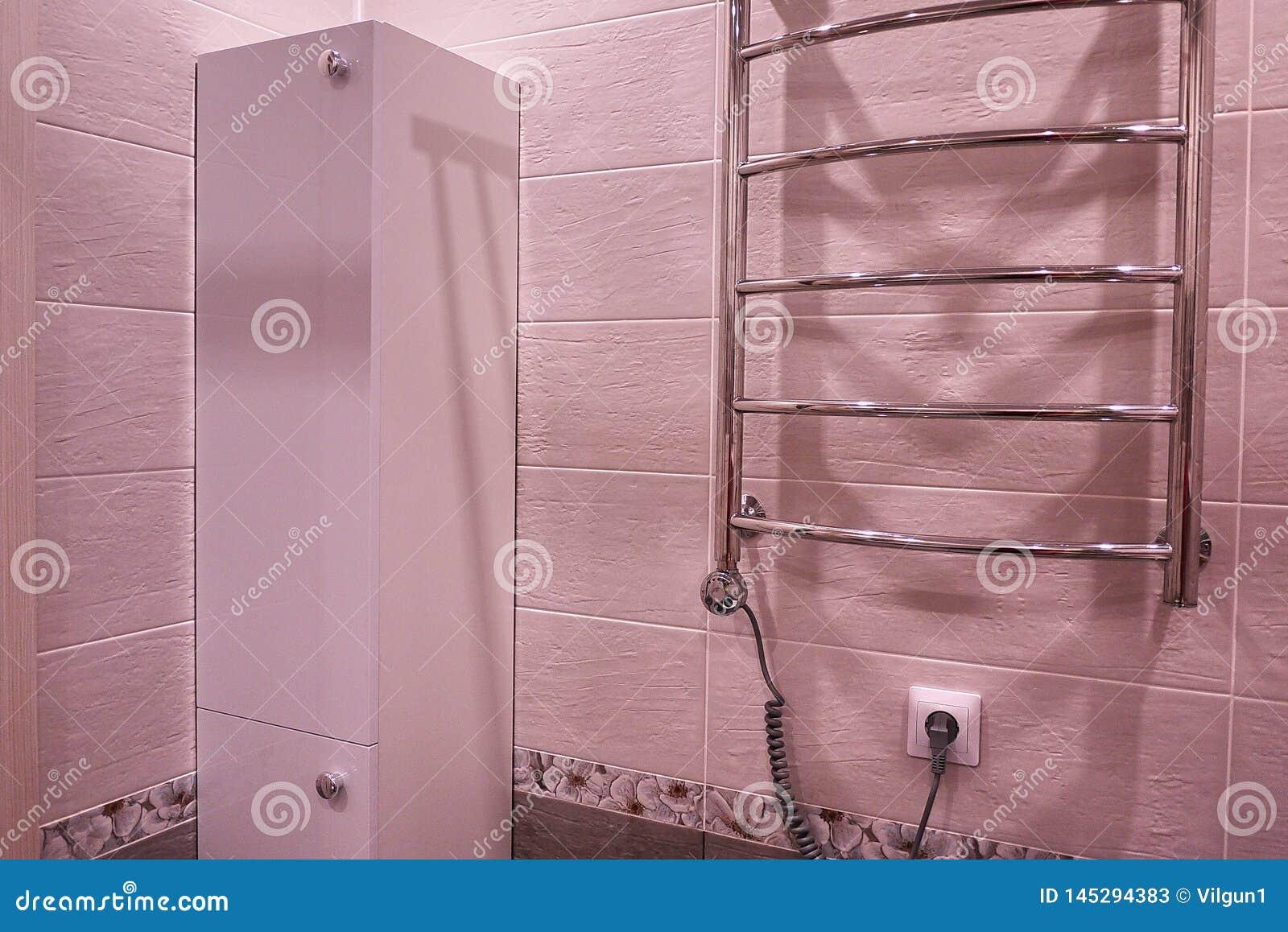 Armario en el cuarto de ba?o Estante con un espejo en el cuarto de ba?o detalles
