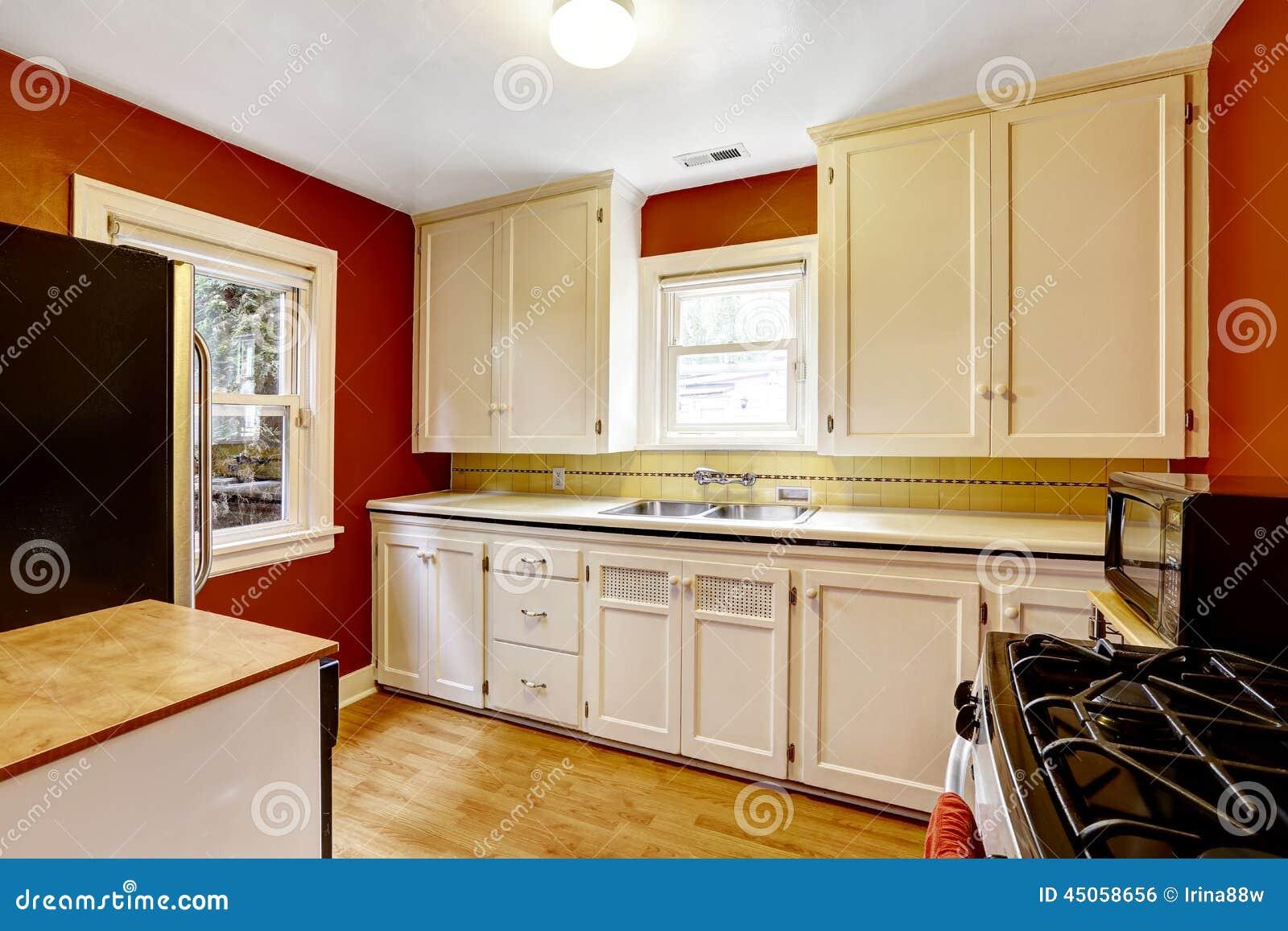 Armarios de cocina blancos con la pared roja brillante for Armarios de cocina