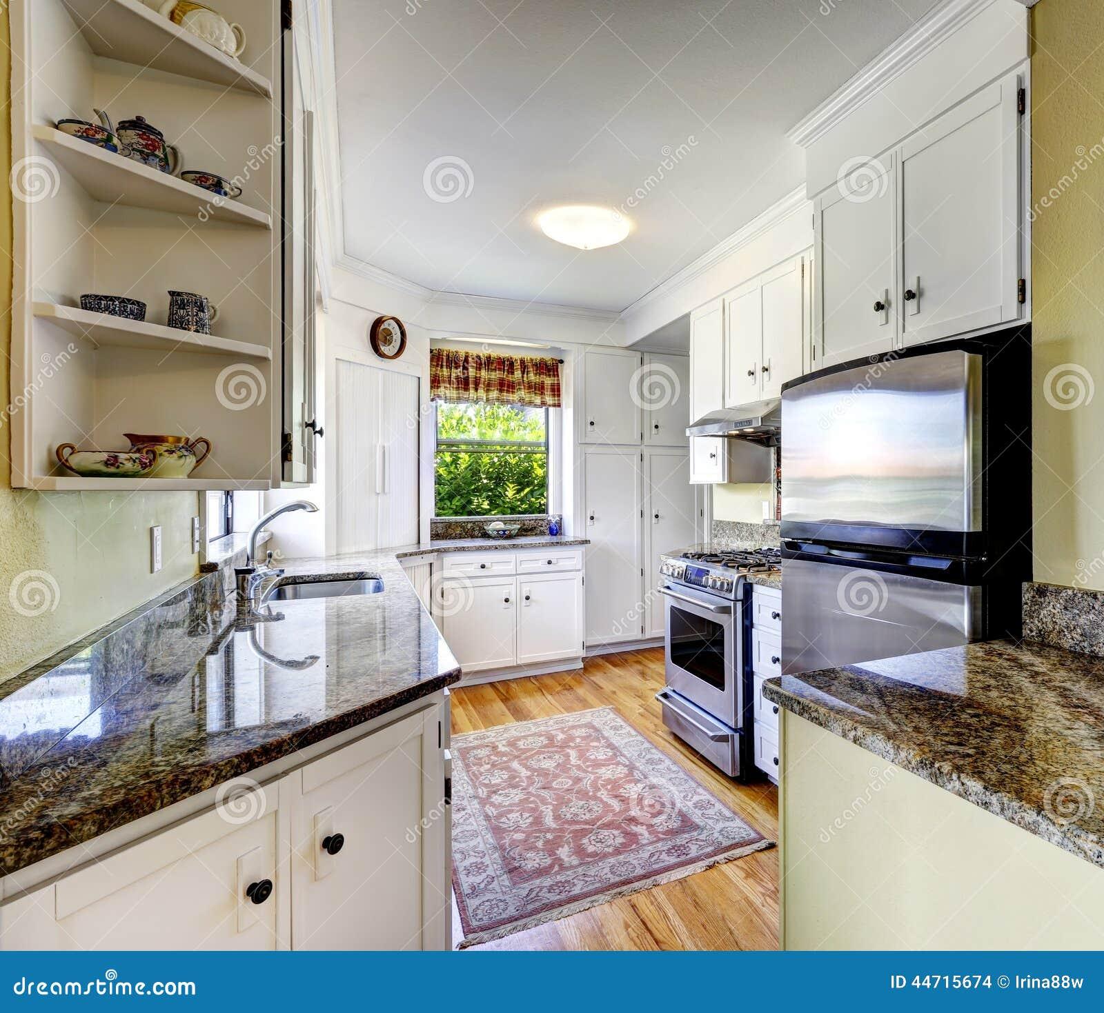 Armarios de cocina blancos con los tops del granito foto for Armarios de cocina