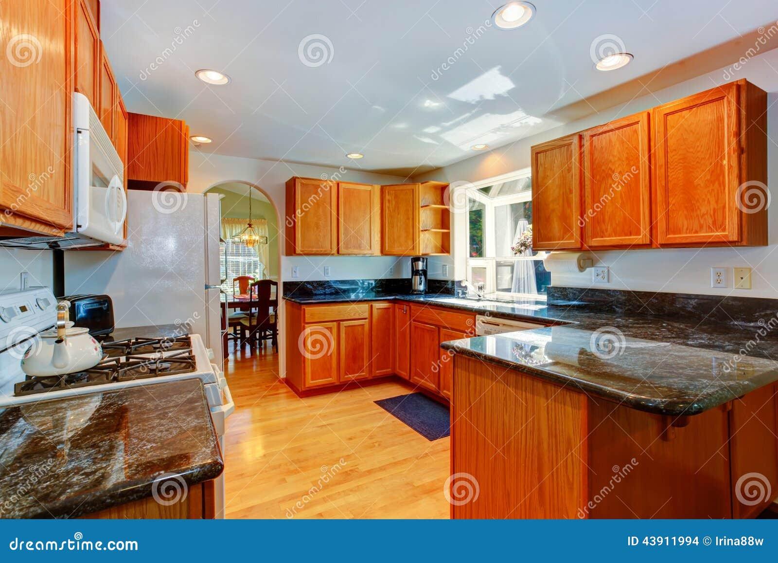 Armarios de cocina con los tops negros del granito foto de for Armarios para cocina