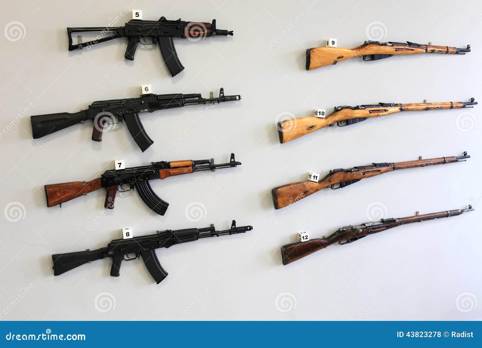 Armario Embutido Quarto Pequeno ~ Armas de fogo na parede foto de stock Imagem de conservation 43823278